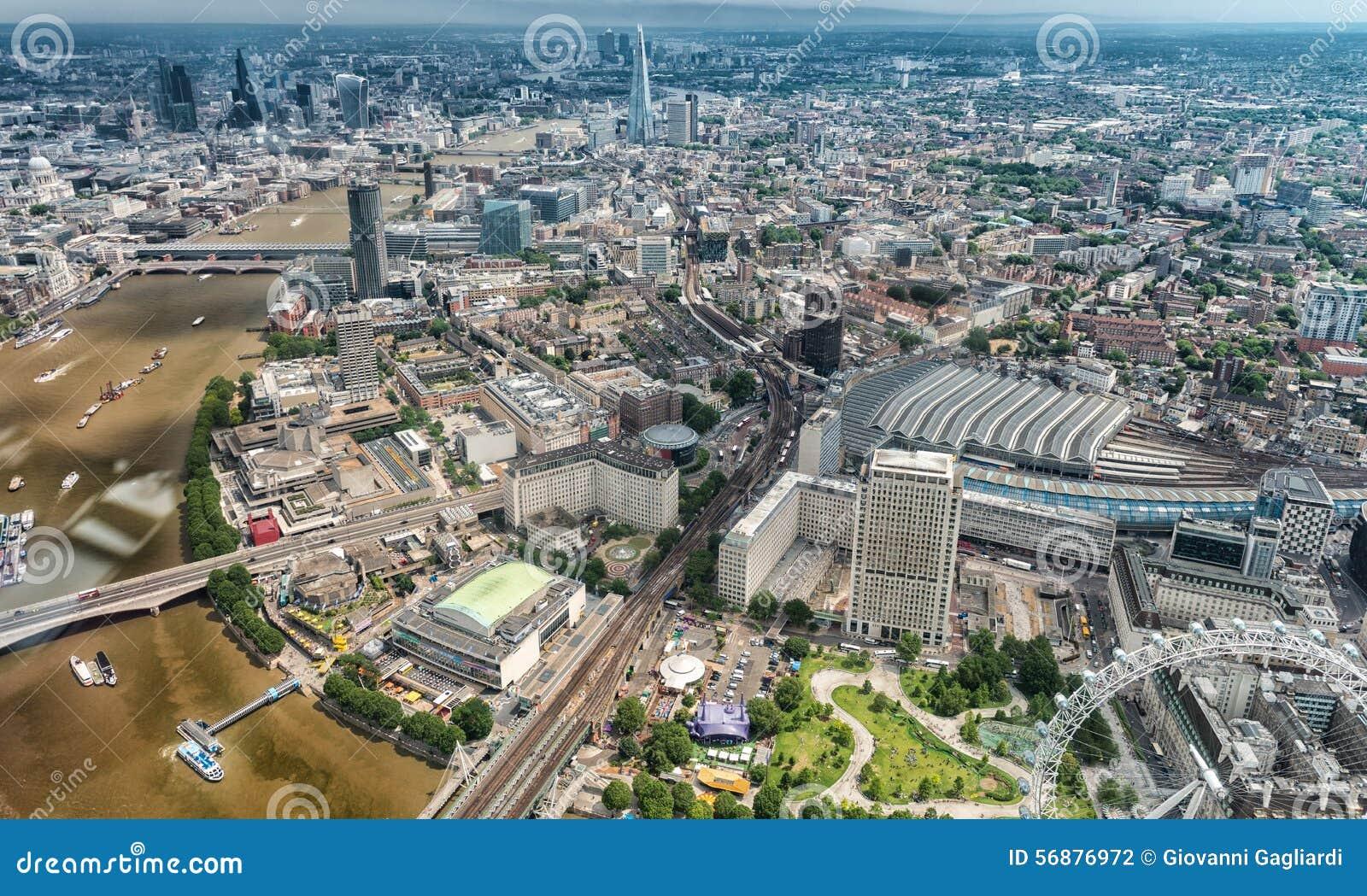 Costruzioni di Londra lungo il Tamigi come visto dall elicottero
