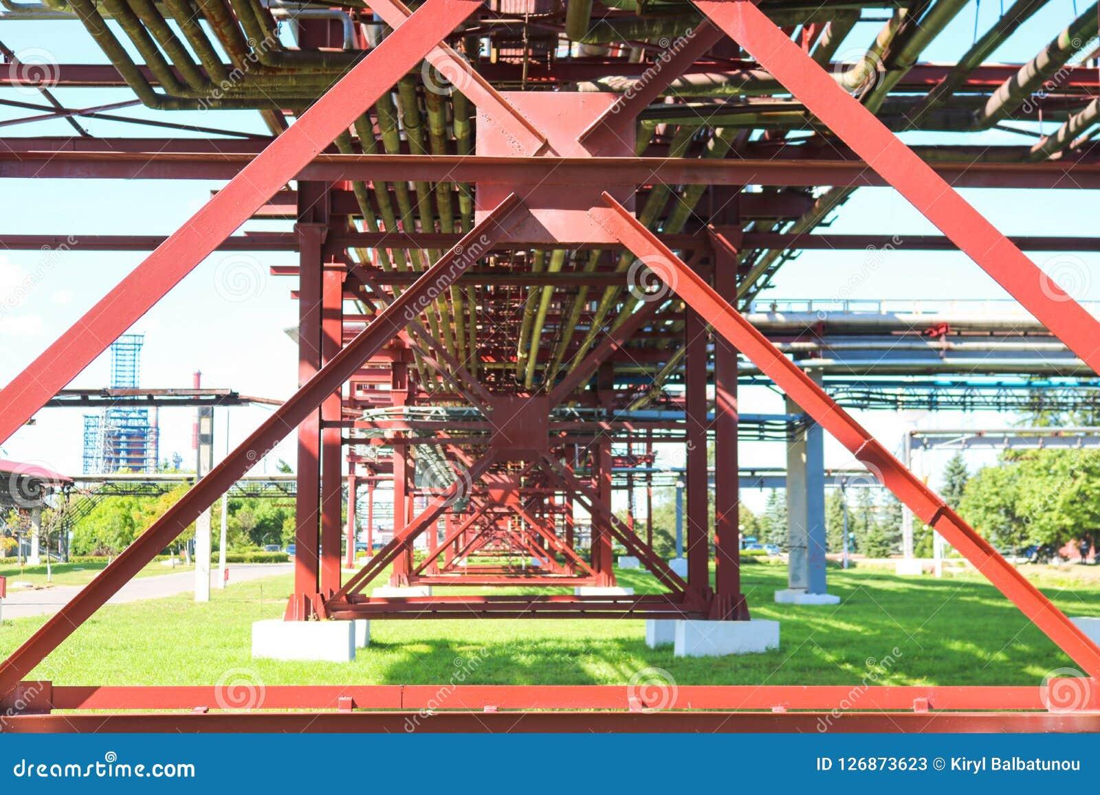 Costruzioni metalliche rosse, contributi della ruota ai tubi, cavalletto della conduttura dai grandi fasci, mucchi e rinforzi all
