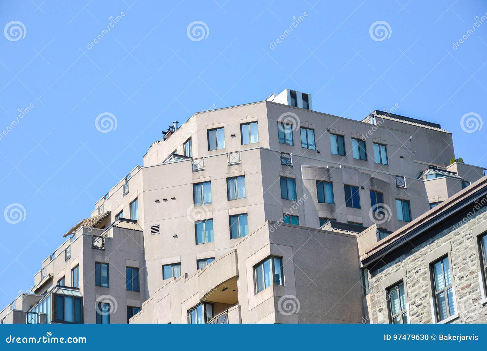Costruzioni moderne del condominio a Montreal del centro