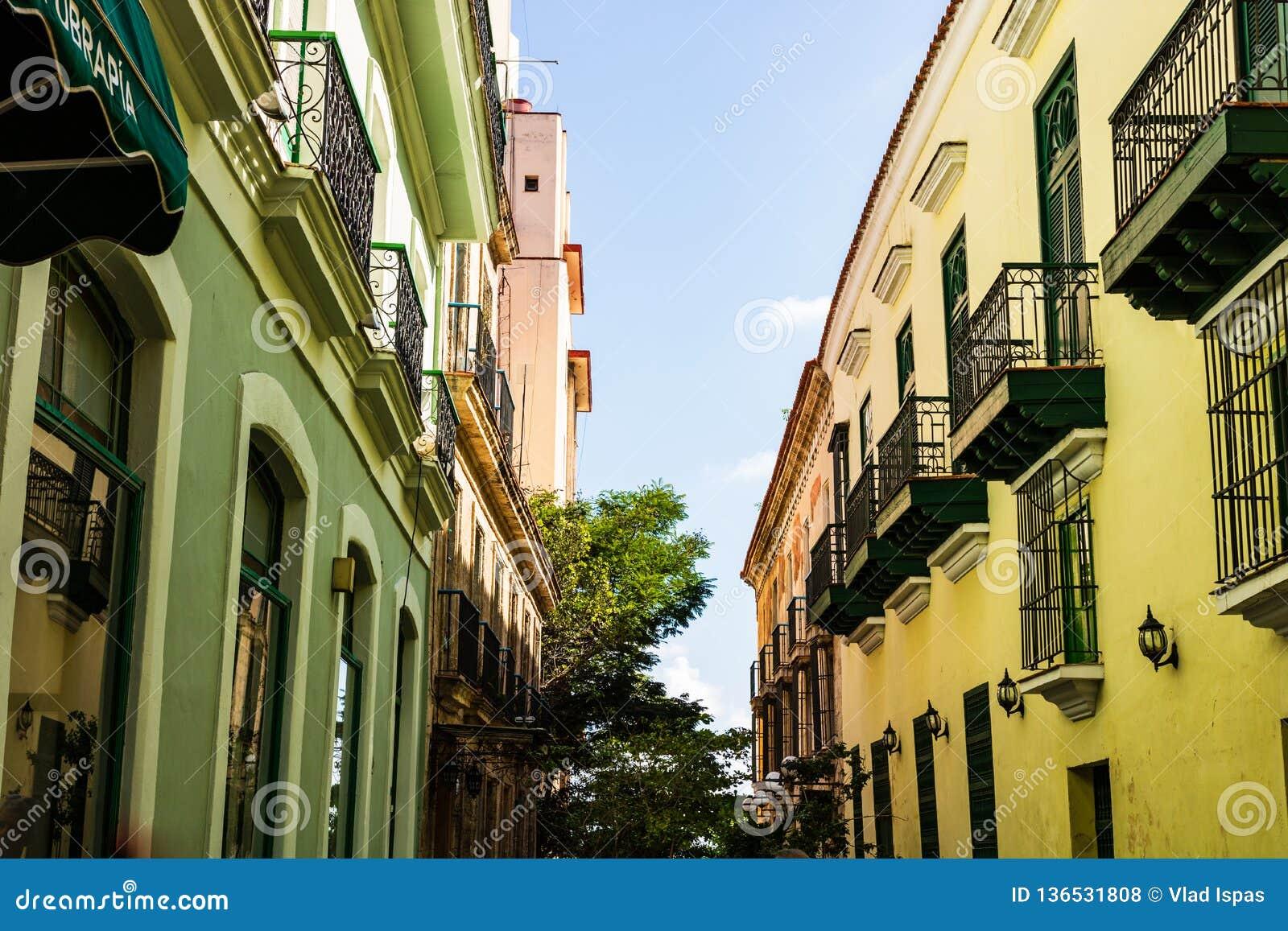 Costruzioni variopinte ed architettura coloniale storica a Avana del centro, Cuba