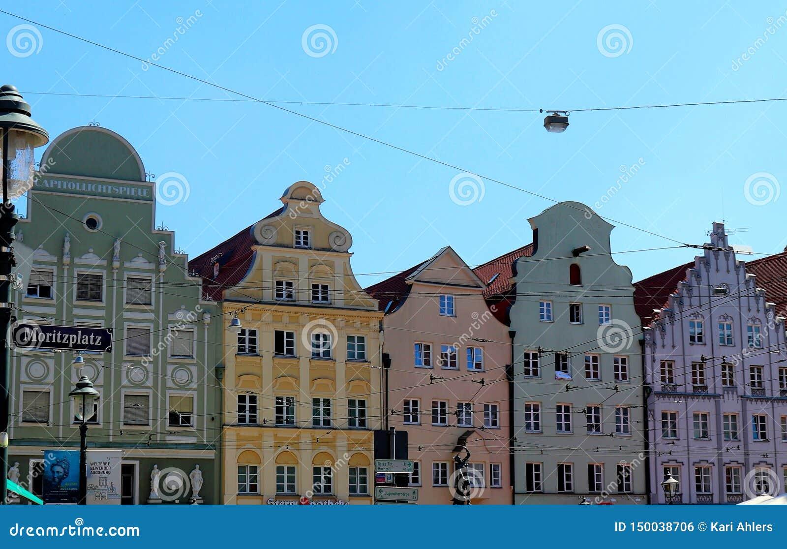 Costruzioni variopinte in una fila a Augusta, Germania
