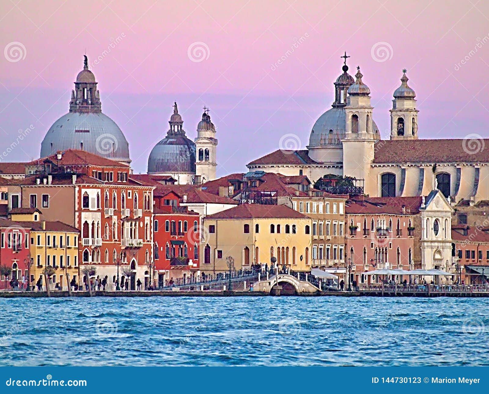 Costruzioni variopinte a Venezia durante il tramonto