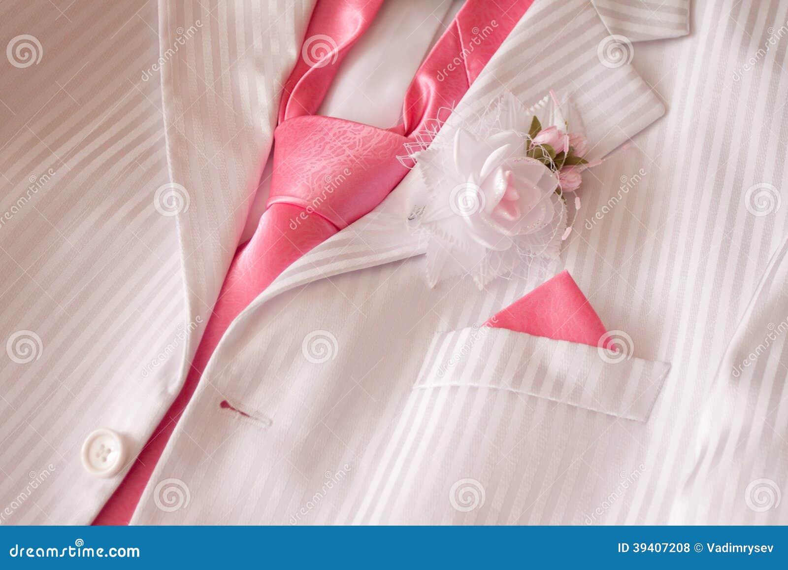 Costume con la cravatta e l occhiello rosa