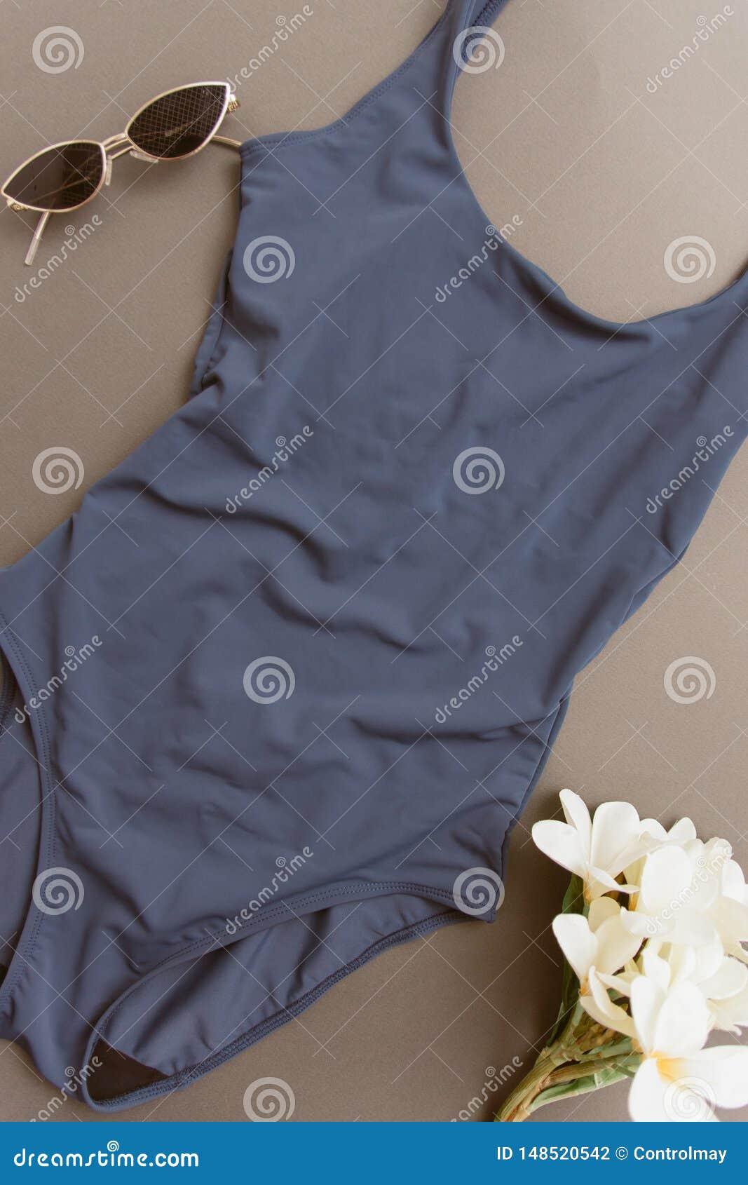 Costume da bagno blu su un fondo beige