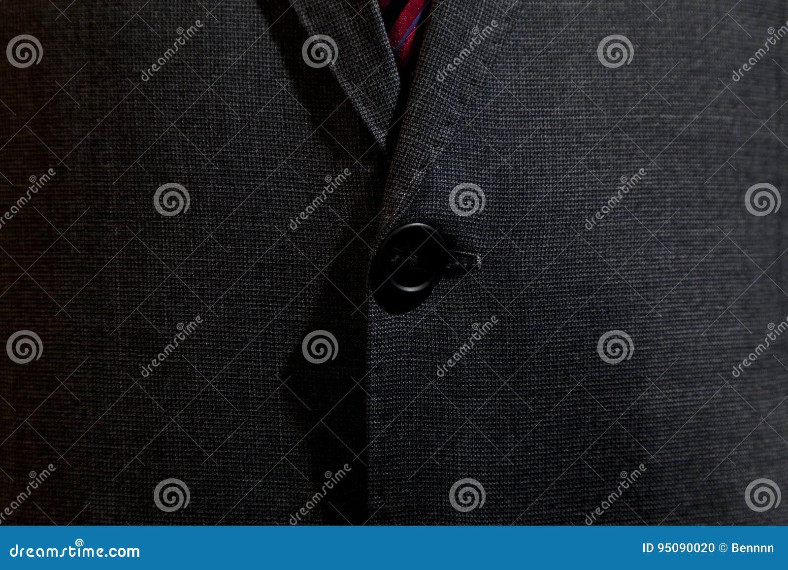 Costume gris avec le bouton de costume