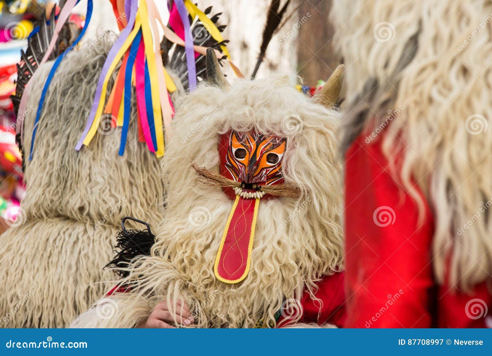 Costume traditionnel de carnaval annuel de Cerknica en Slovénie