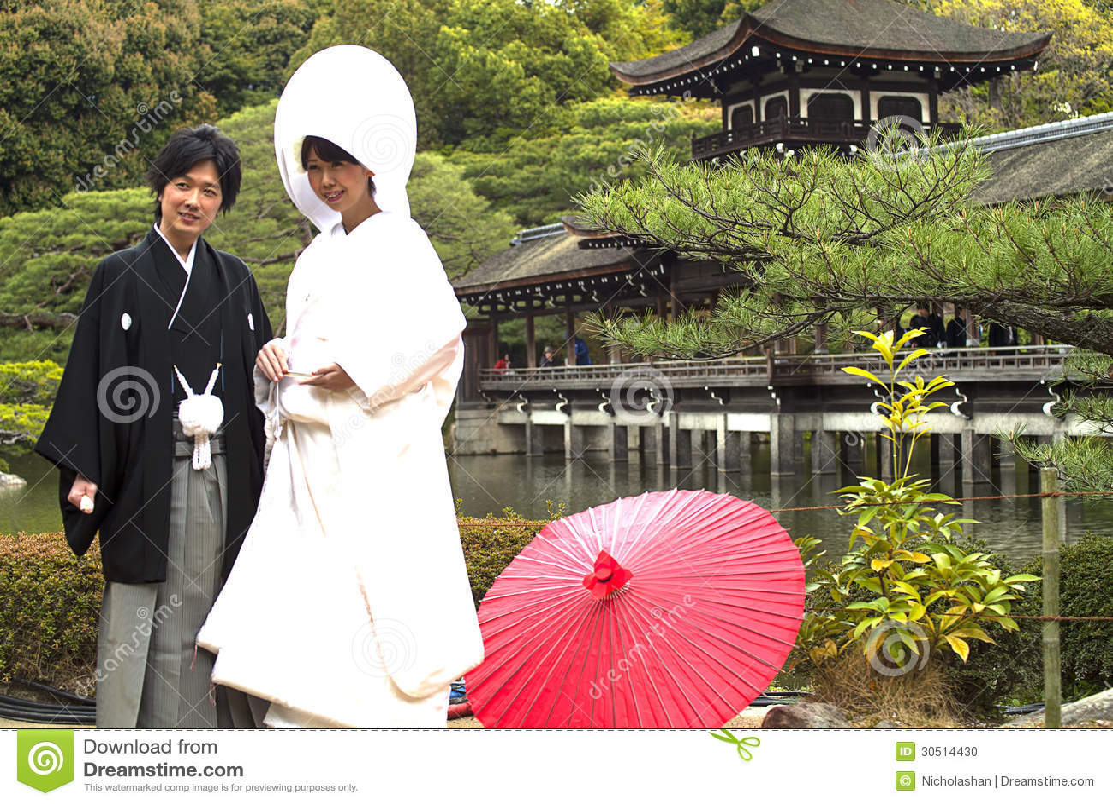 Costumes traditionnels japonais de mariage , Japon 2013, robe de mariage  traditionnelle japonaise et le beau fond de fleurs de cerisier