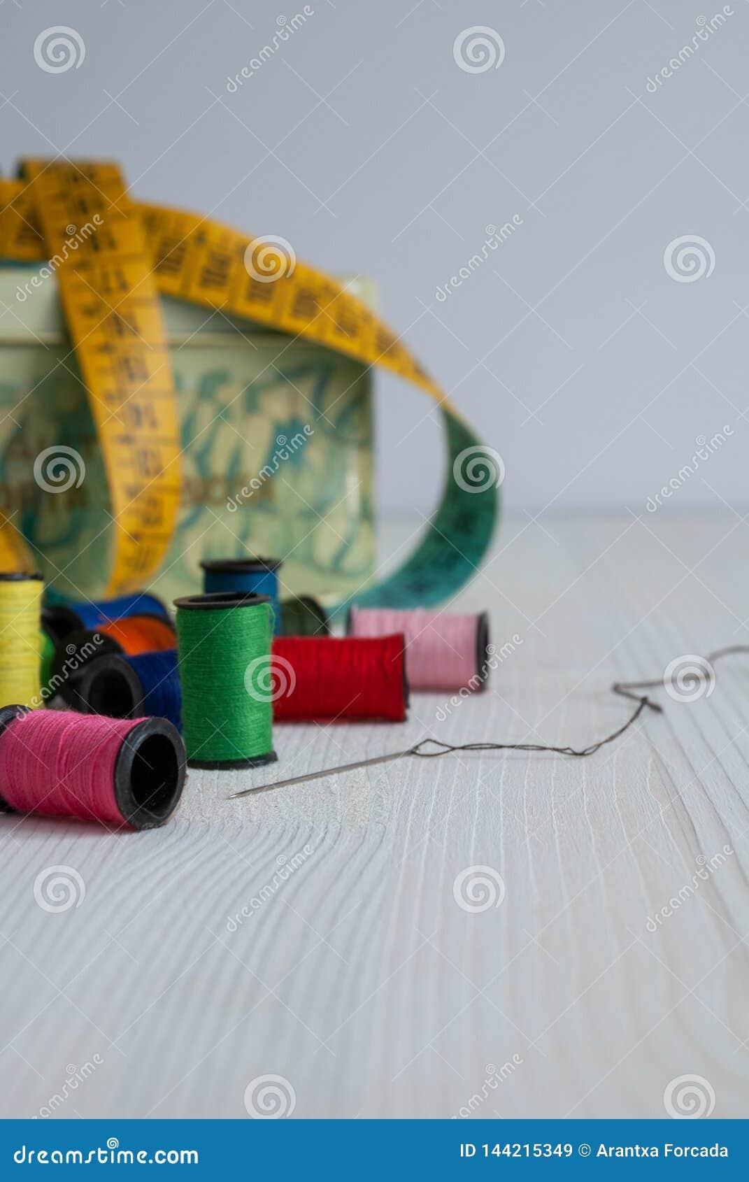 Costurando objetos, linhas, agulha e fita métrica
