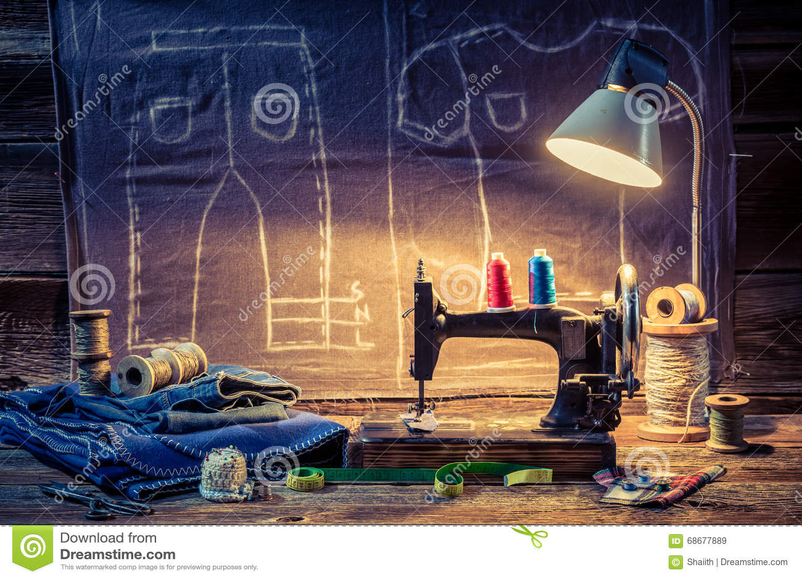 Costure a oficina com pano, máquina de costura e tesouras