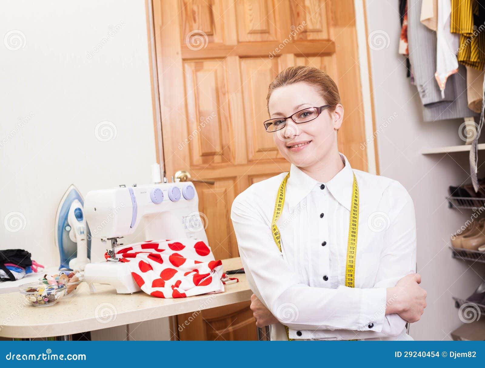 Download Costureira de sorriso foto de stock. Imagem de adulto - 29240454