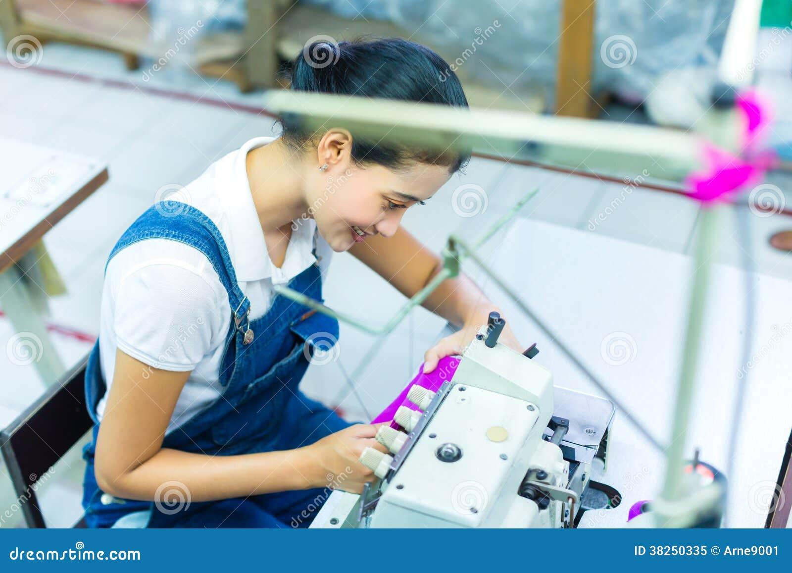 Costureira indonésia em uma fábrica de matéria têxtil