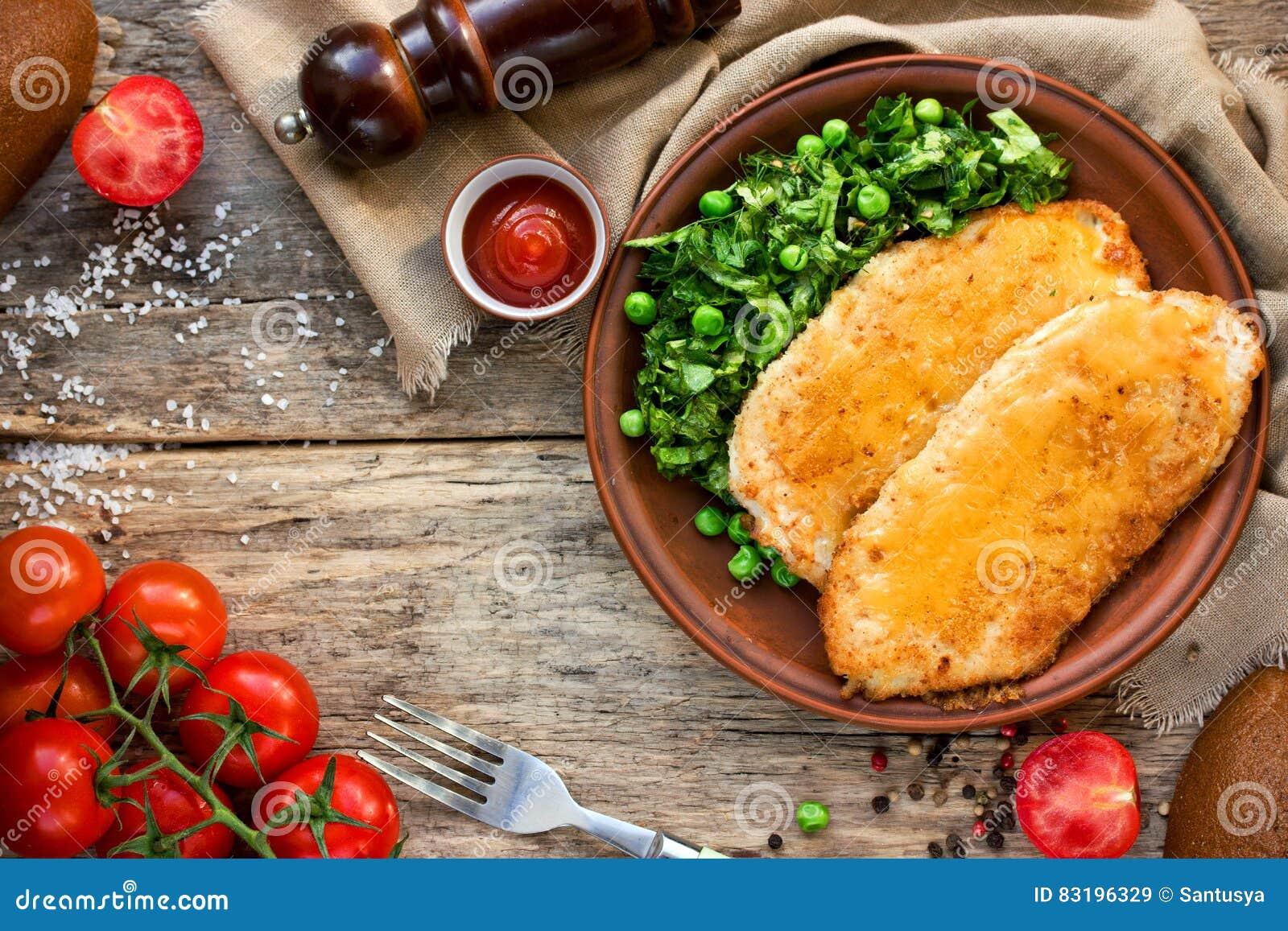 Cotoletta del pollo con o cordon bleu con insalata verde e cherr