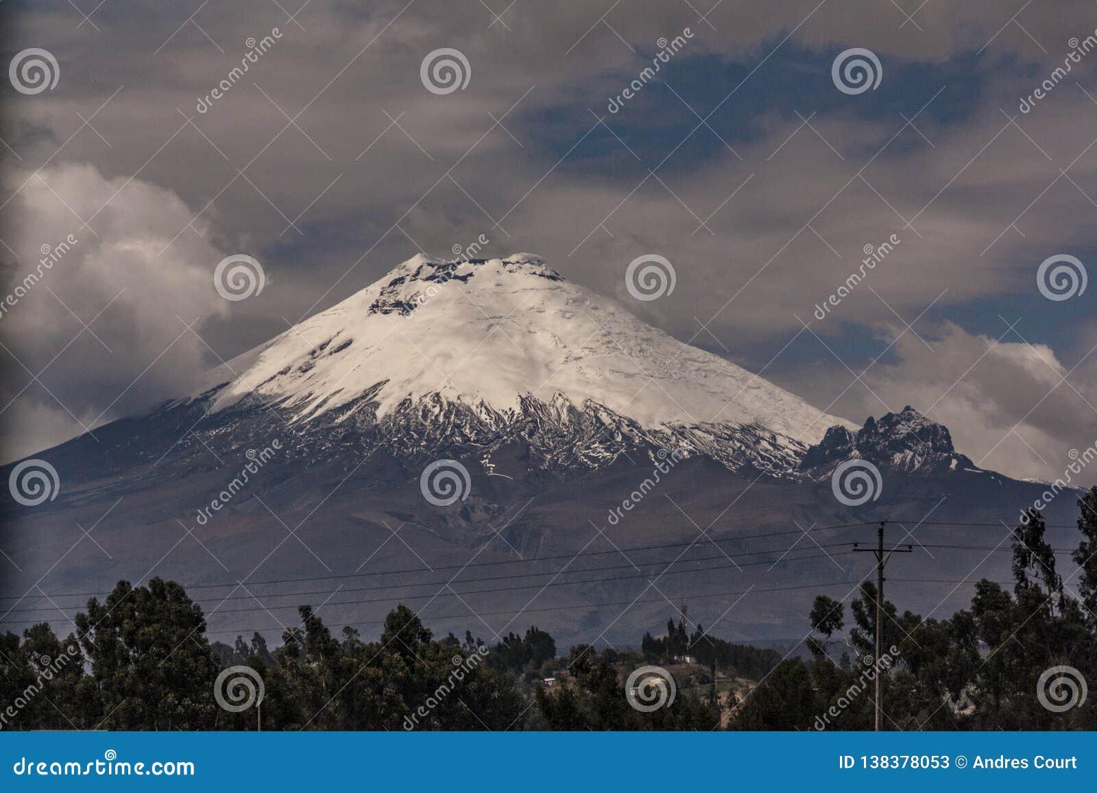 Cotopaxi vulkan i en molnig dag