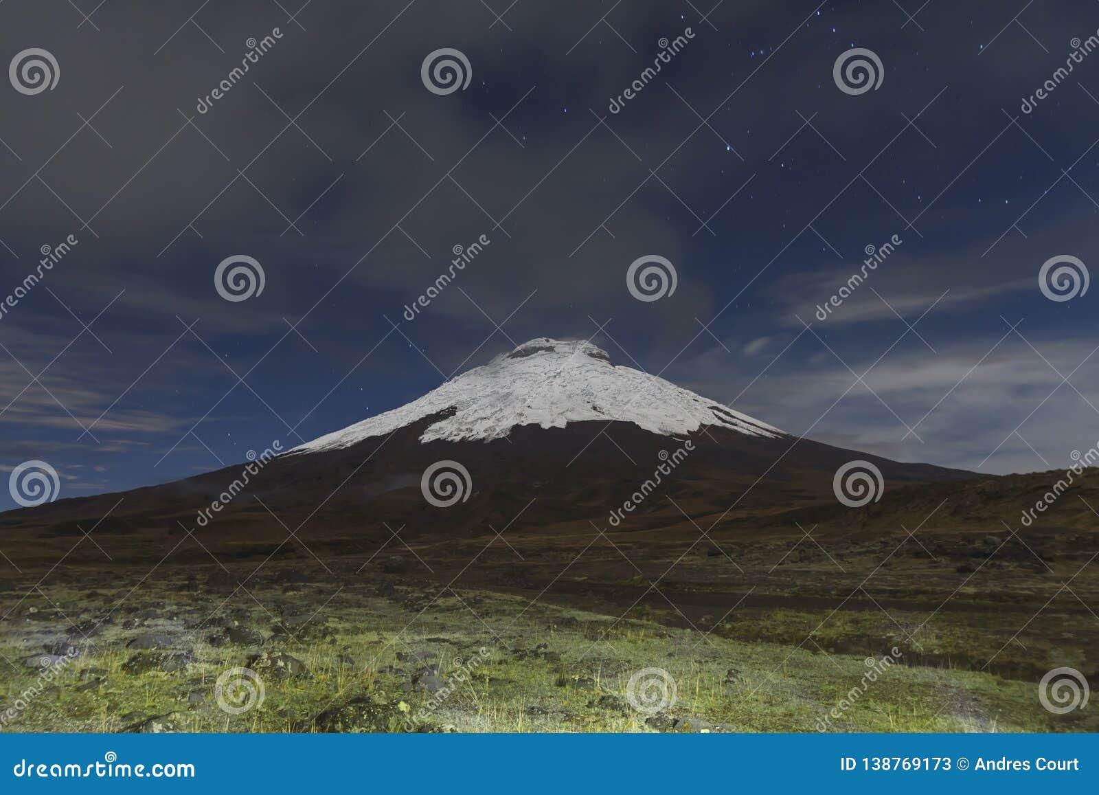 Cotopaxi vulkan på natten