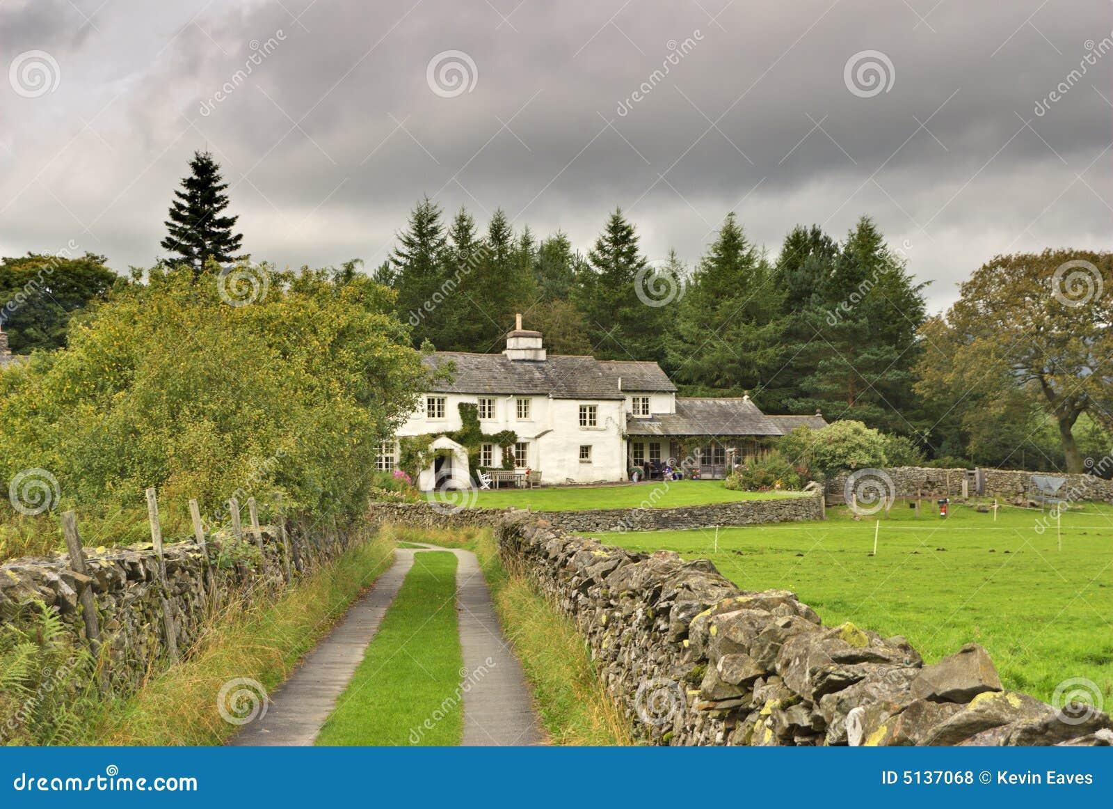 Cottage bianco inglese in terreno boscoso fotografie stock for Planimetrie del cottage del cortile