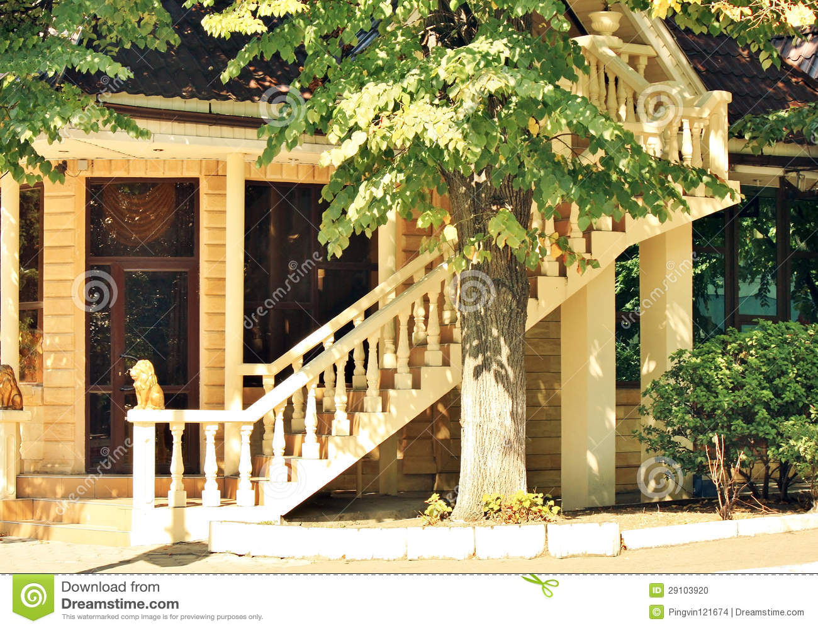 Cottage con la scala esterna fotografia stock immagine - Foto di scale ...