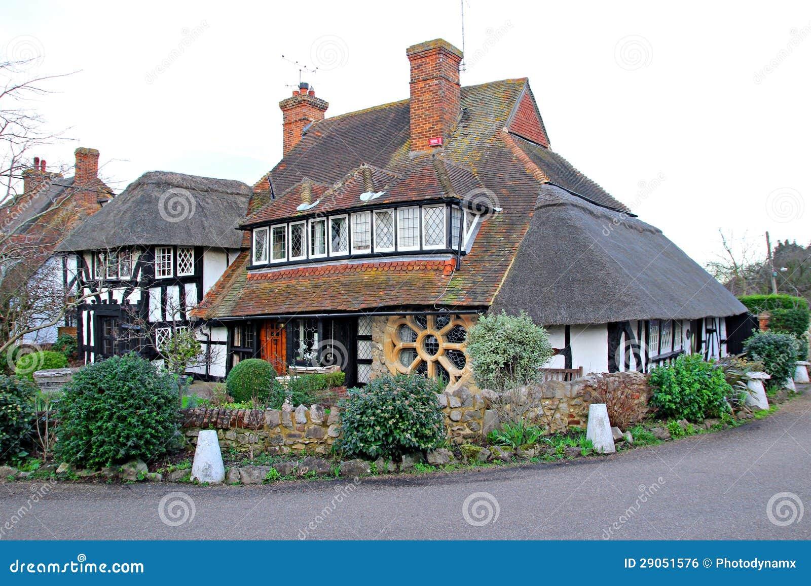 Cottage couvert de chaume de Kent de bois de construction de tudor