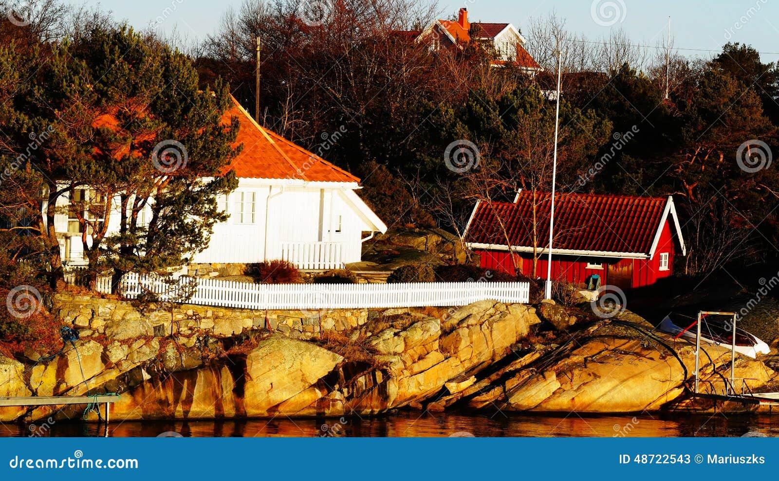 Cottage en bois blanc entour par la barri re blanche photo stock image 48 - Bois noirci par la pluie ...