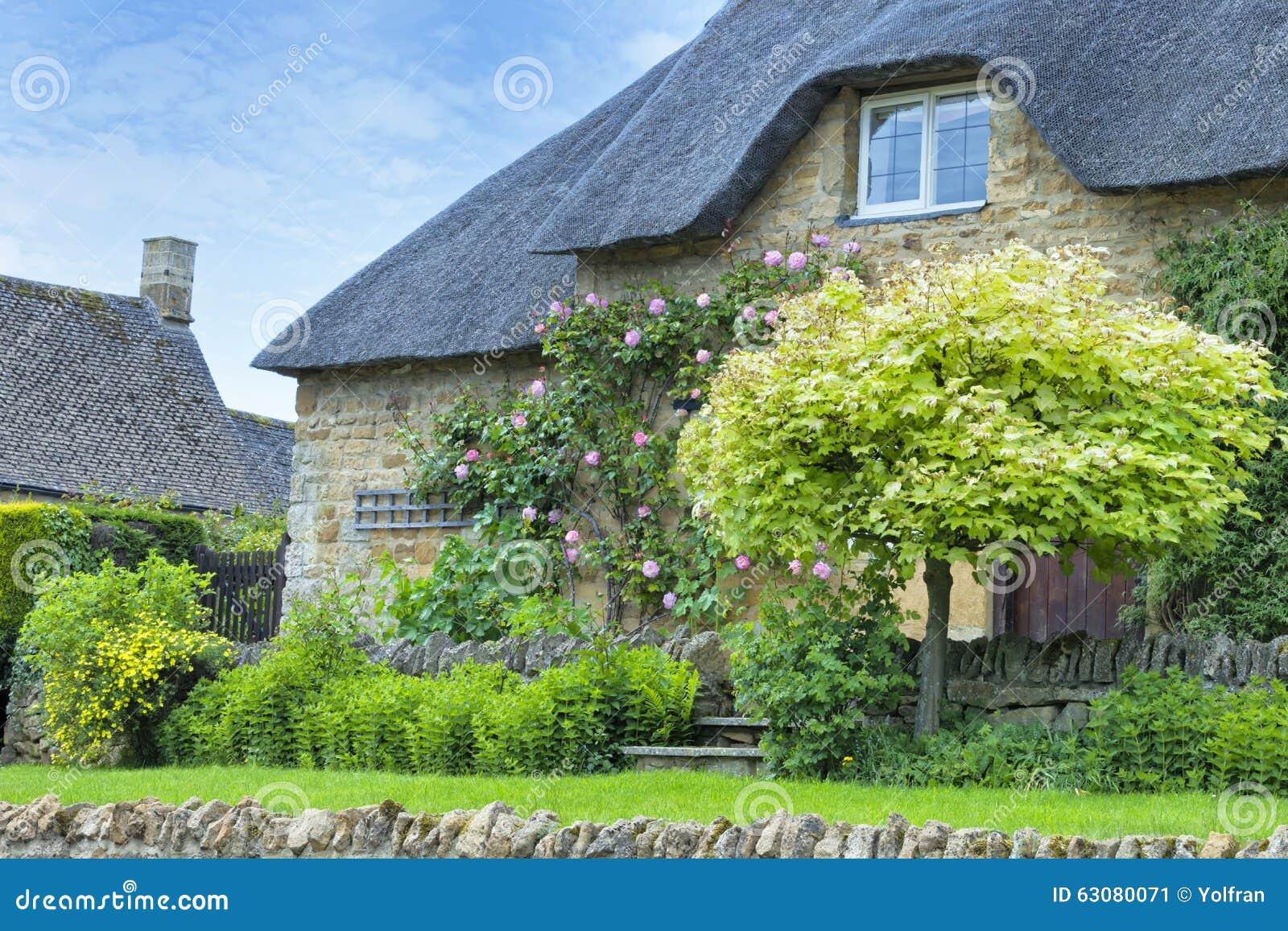 Download Cottage En Pierre Idyllique Avec L'arbre D'érable Vert Image stock - Image du héritage, brique: 63080071