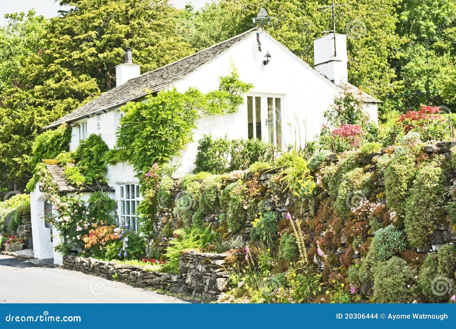 Assi Di Legno In Inglese : Cottage inglese con il giardino attraente fotografia stock