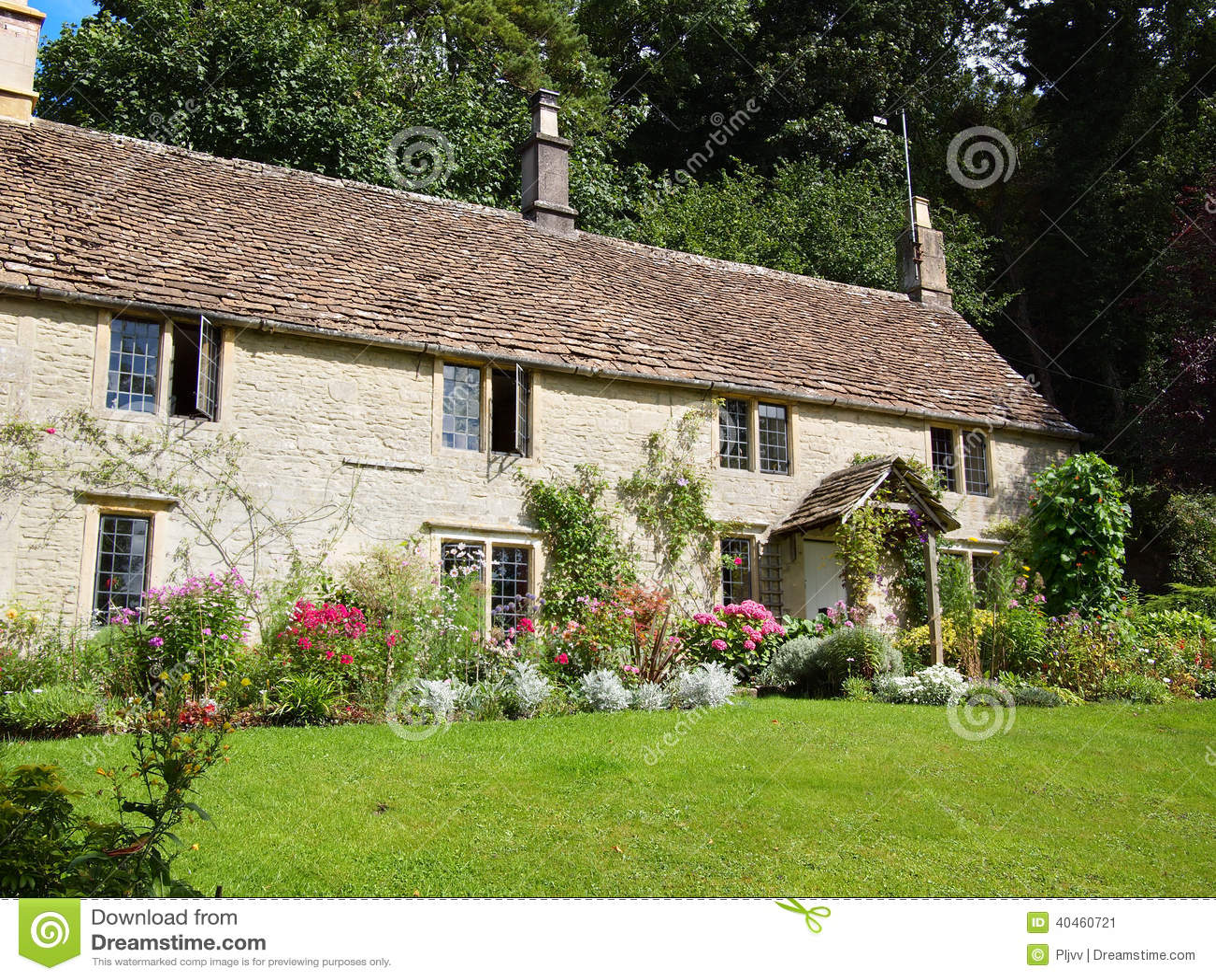 cottage inglese con il giardino floreale immagine stock
