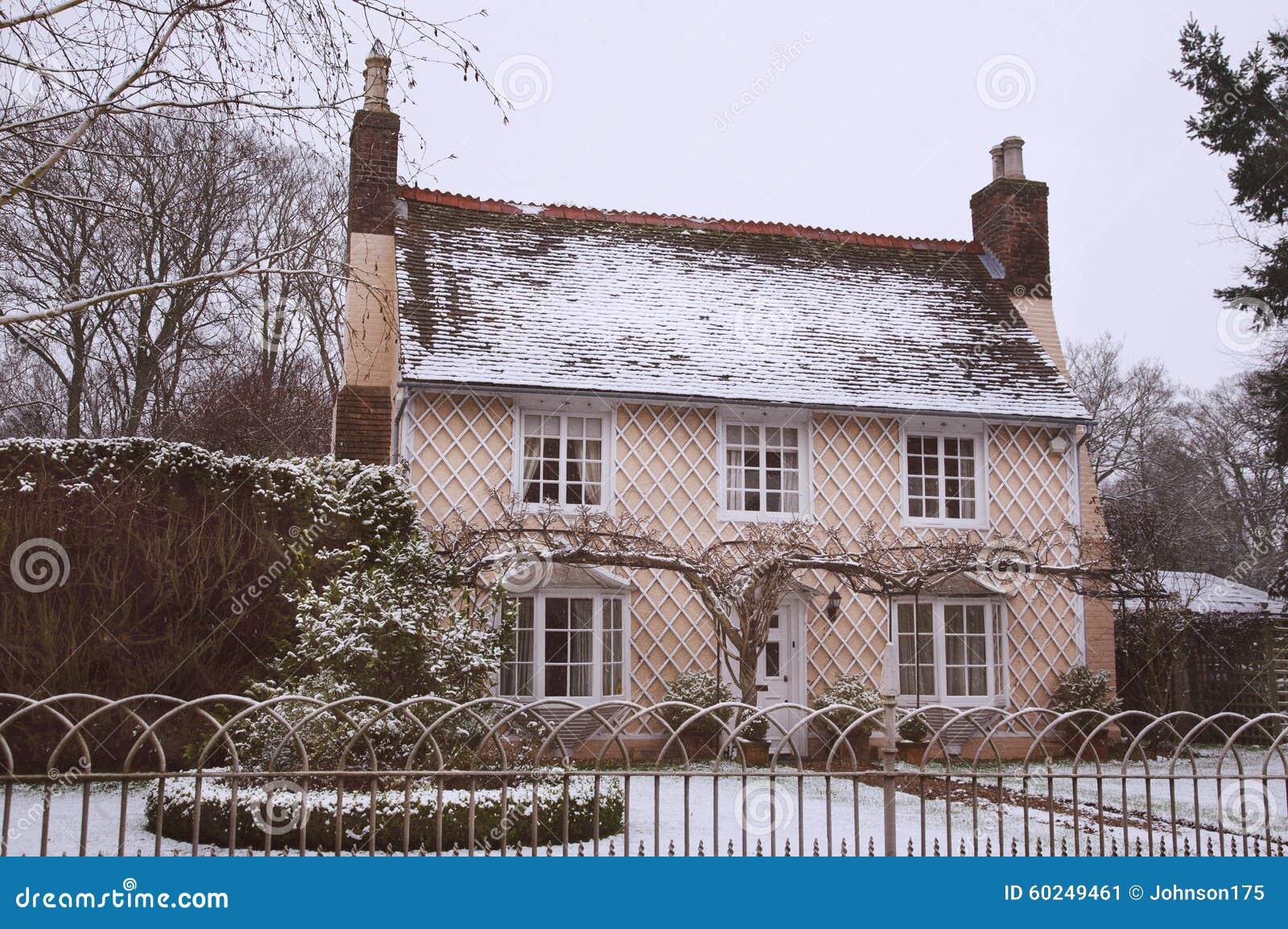 Cottage inglese del paese nella neve di inverno fotografia for Vecchio cottage inglese