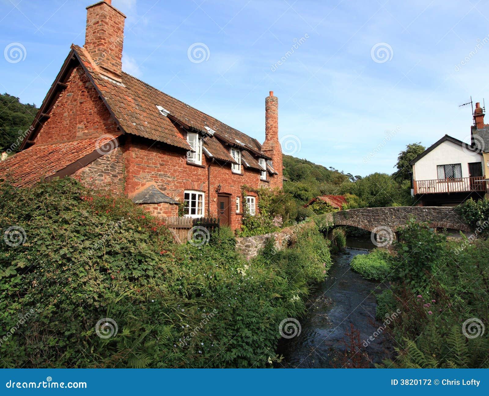 Cottage inglese del villaggio fotografia stock immagine for Disegni cottage portico anteriore