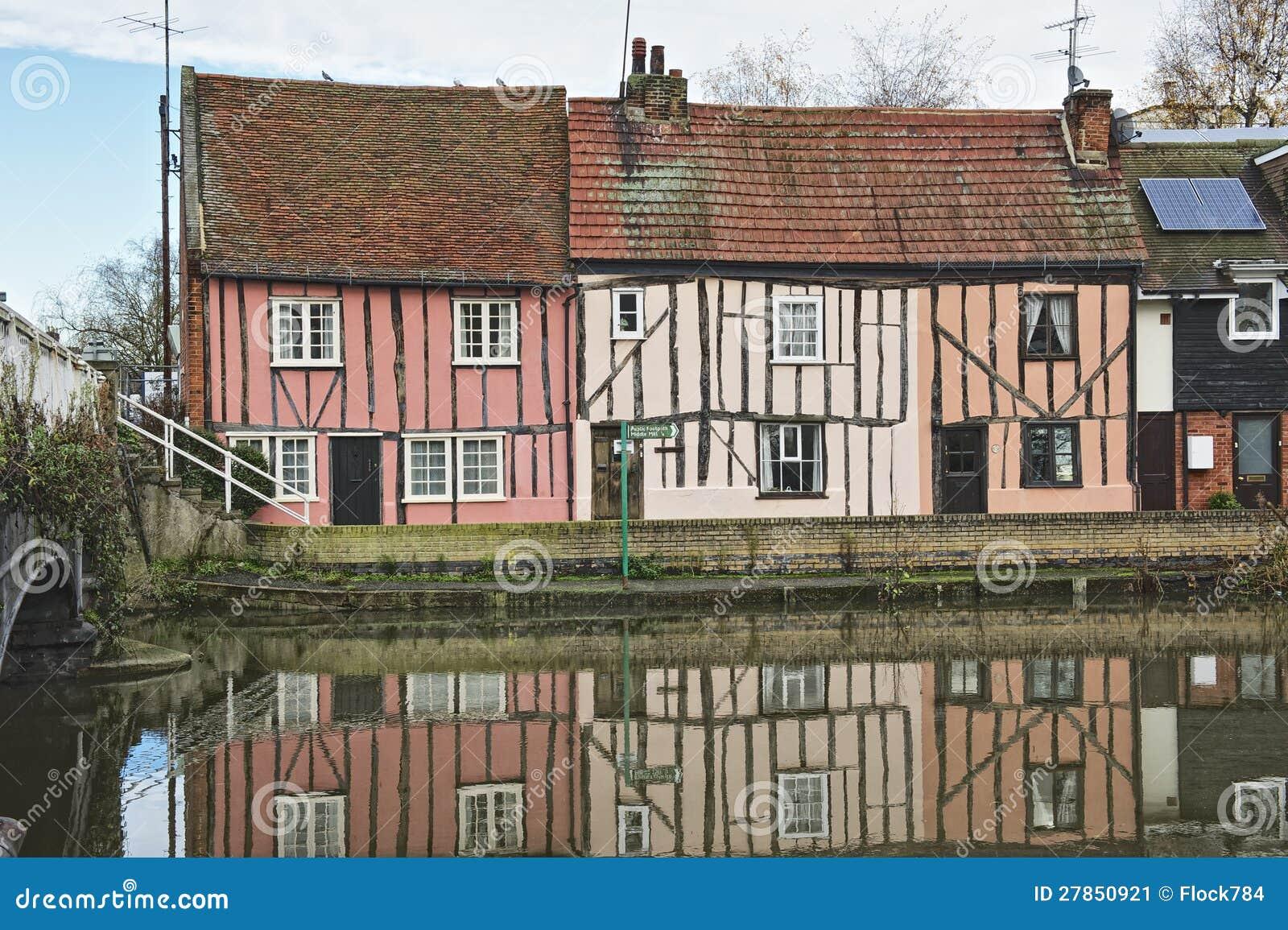 Cottage inglesi della riva del fiume immagine stock for Planimetrie inglesi del cottage