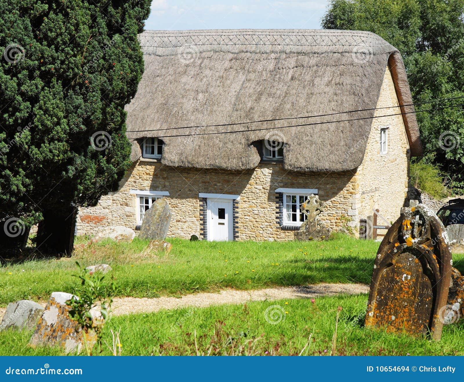 Cottage inglesi tradizionali del villaggio immagini stock for Planimetrie inglesi del cottage