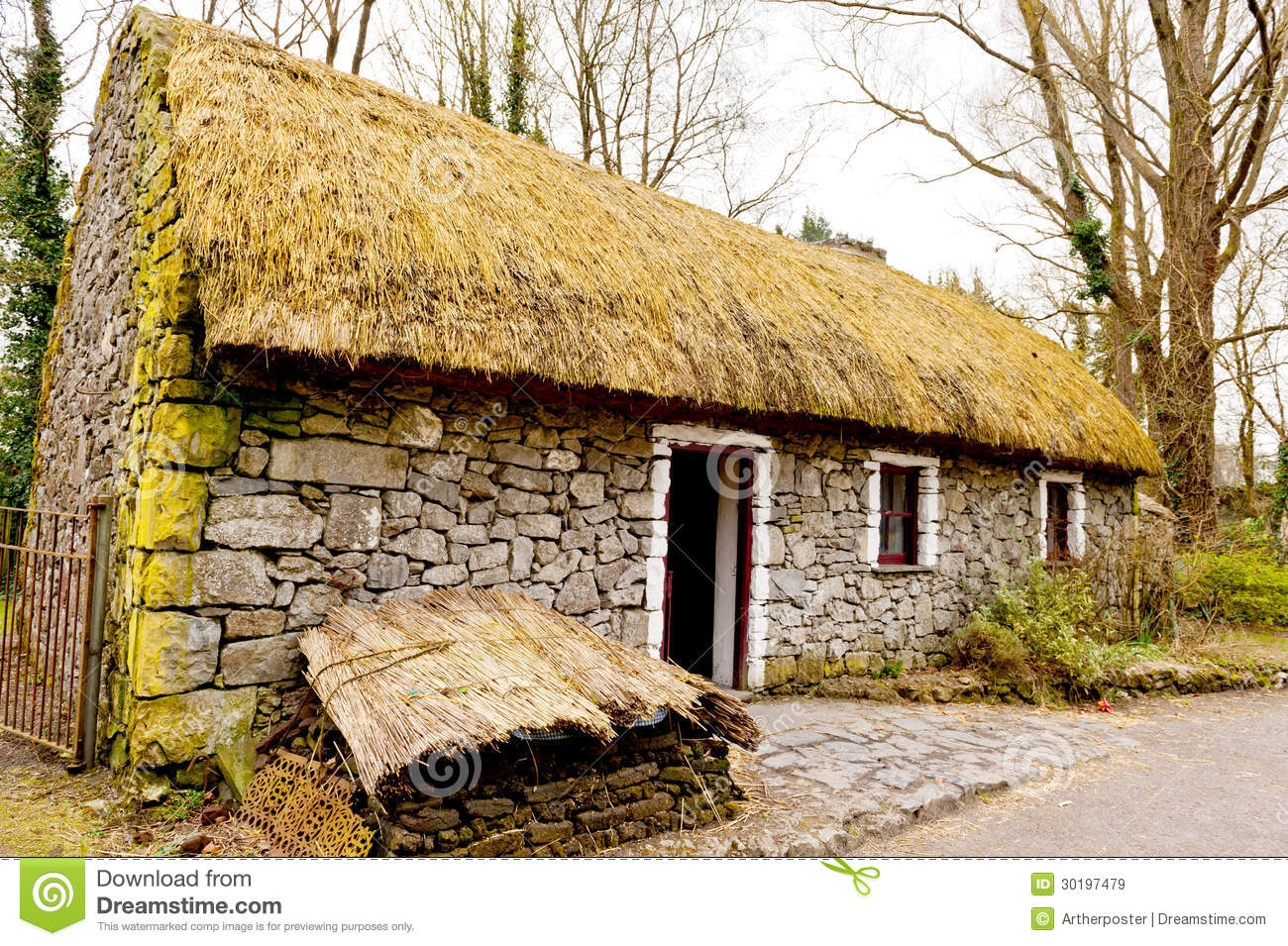 Vieux cottage irlandais images libres de droits image 30197479 - Serene traditional cottage in natural theme ...