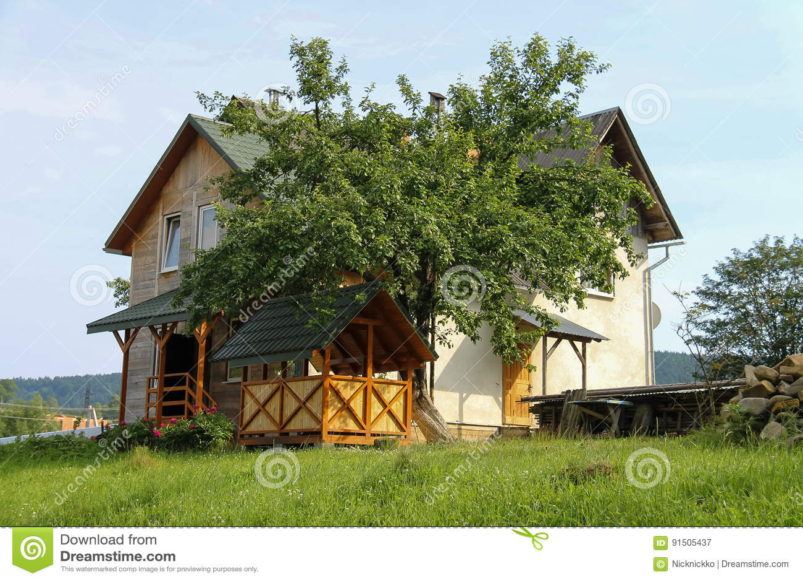 La Veranda Di Campagna cottage moderno con il portico e la veranda di legno