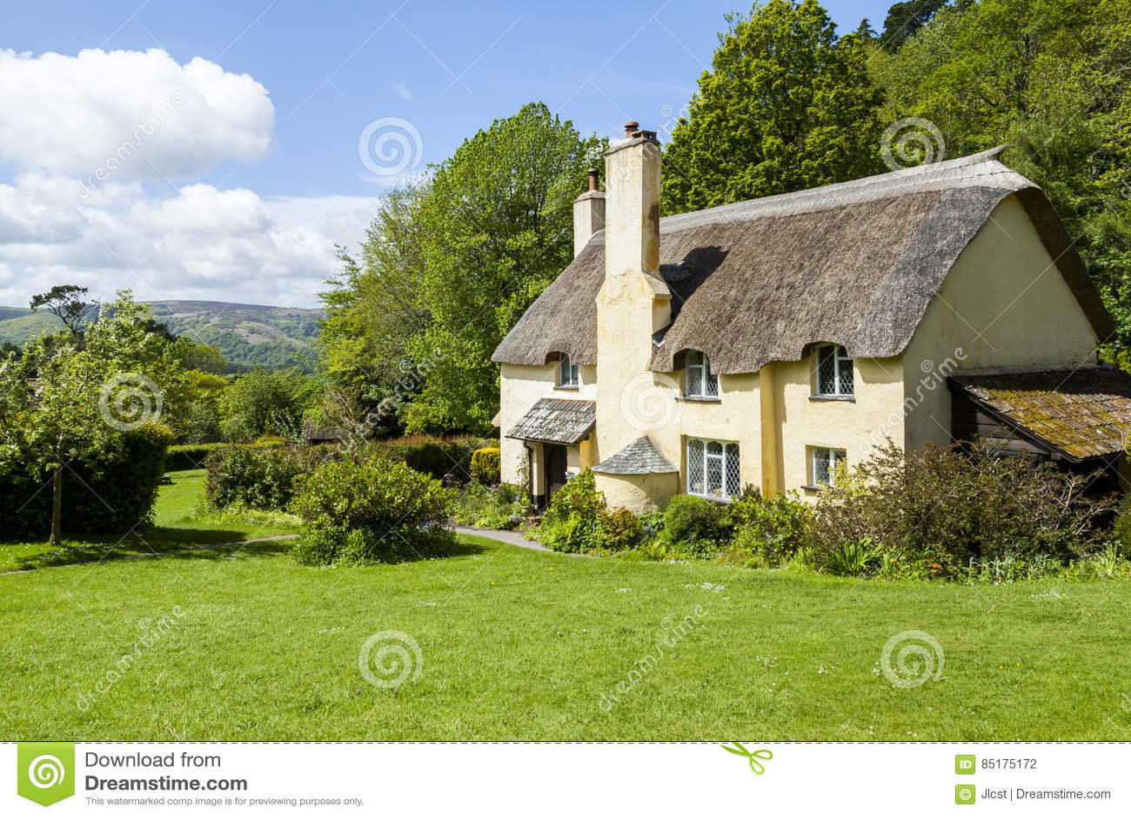 Cottage ricoperto di paglia del tetto in un villaggio for Vecchio cottage inglese