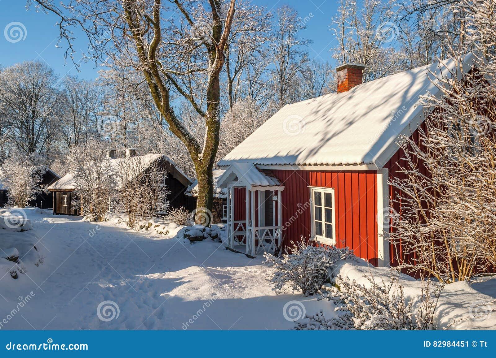 Cottage rosso in un paesaggio di inverno