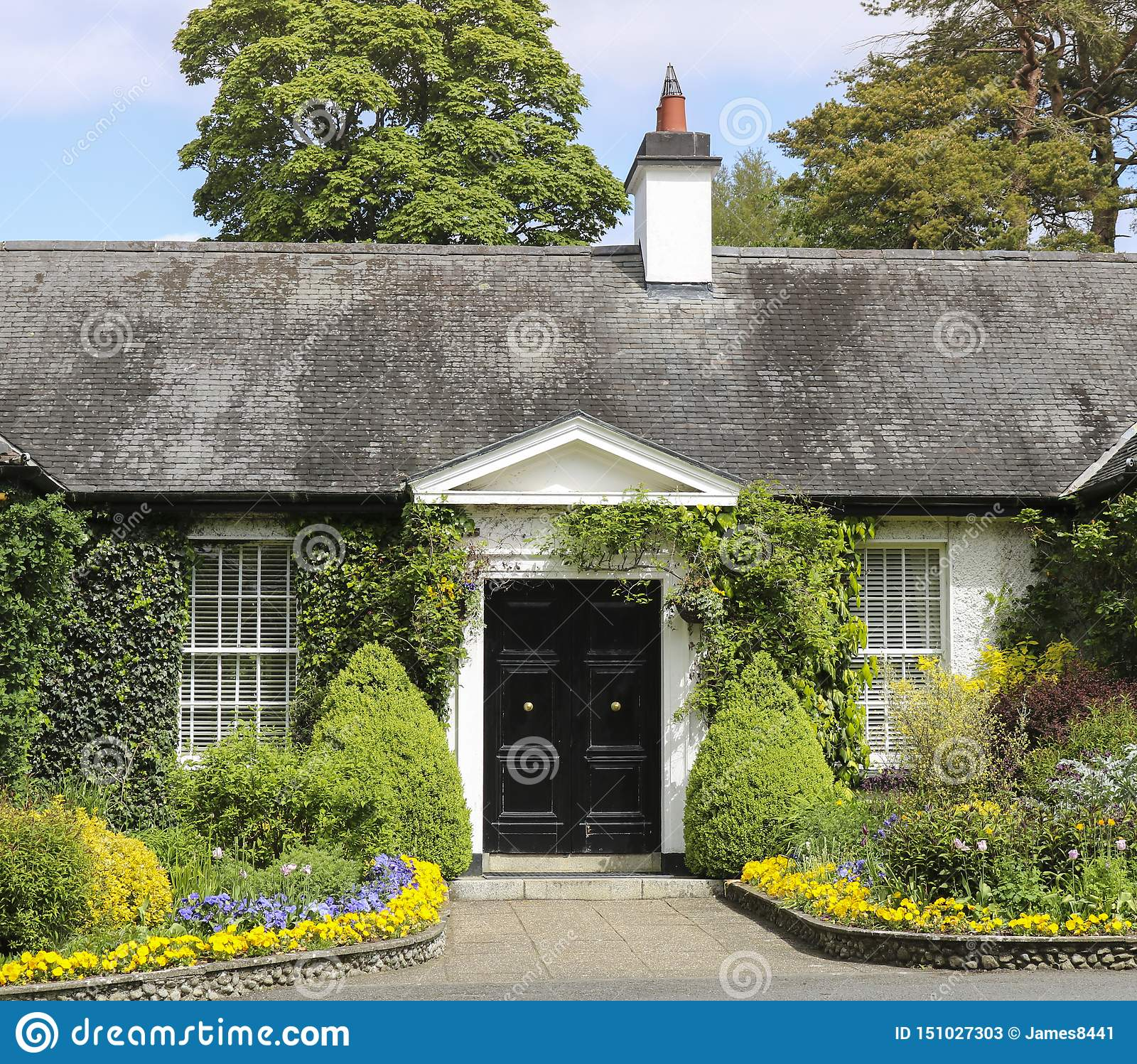 Cottage rustique typique avec un beau jardin