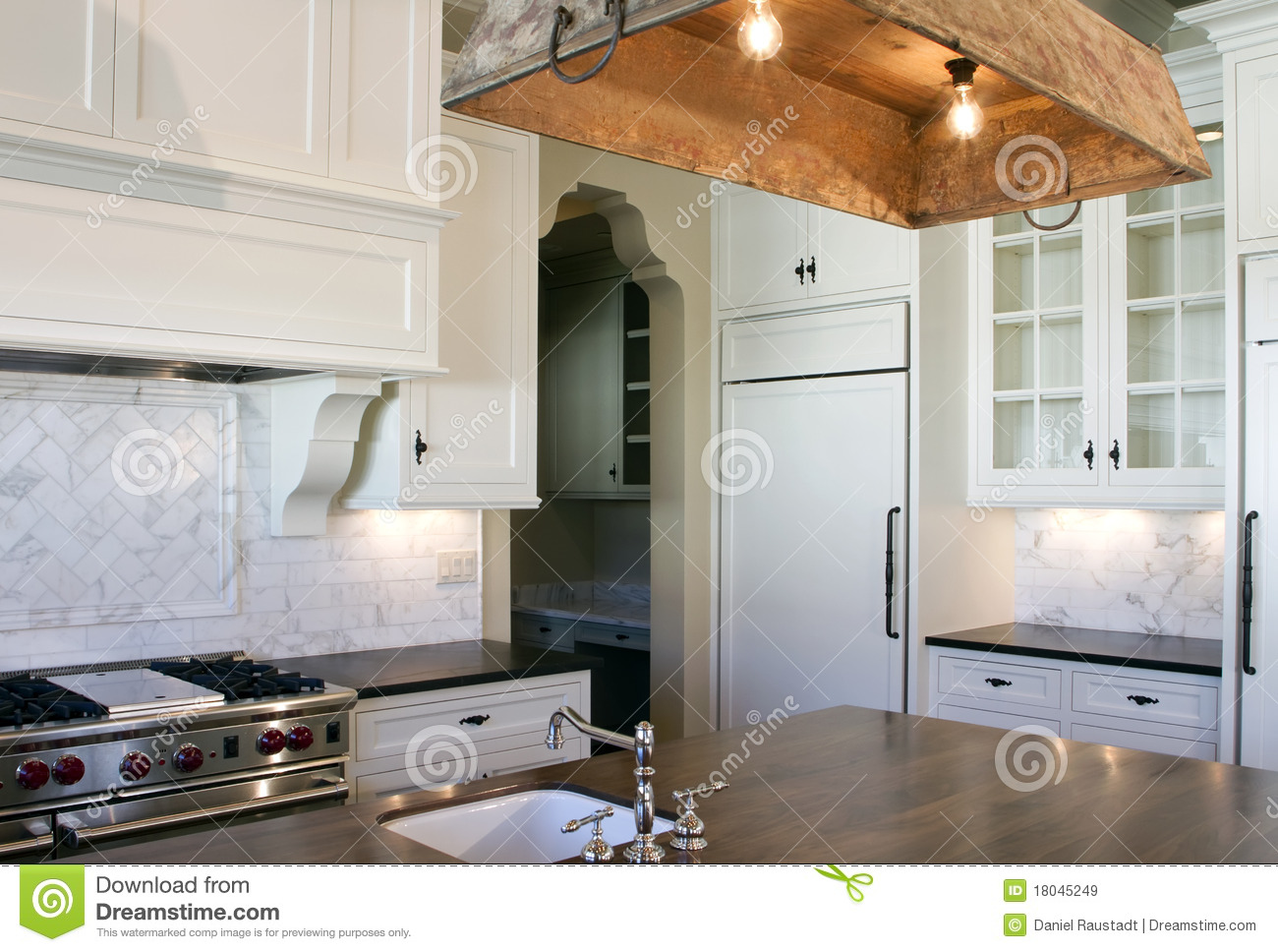 Cottage Style White Kitchen Royalty Free Stock Images - Image