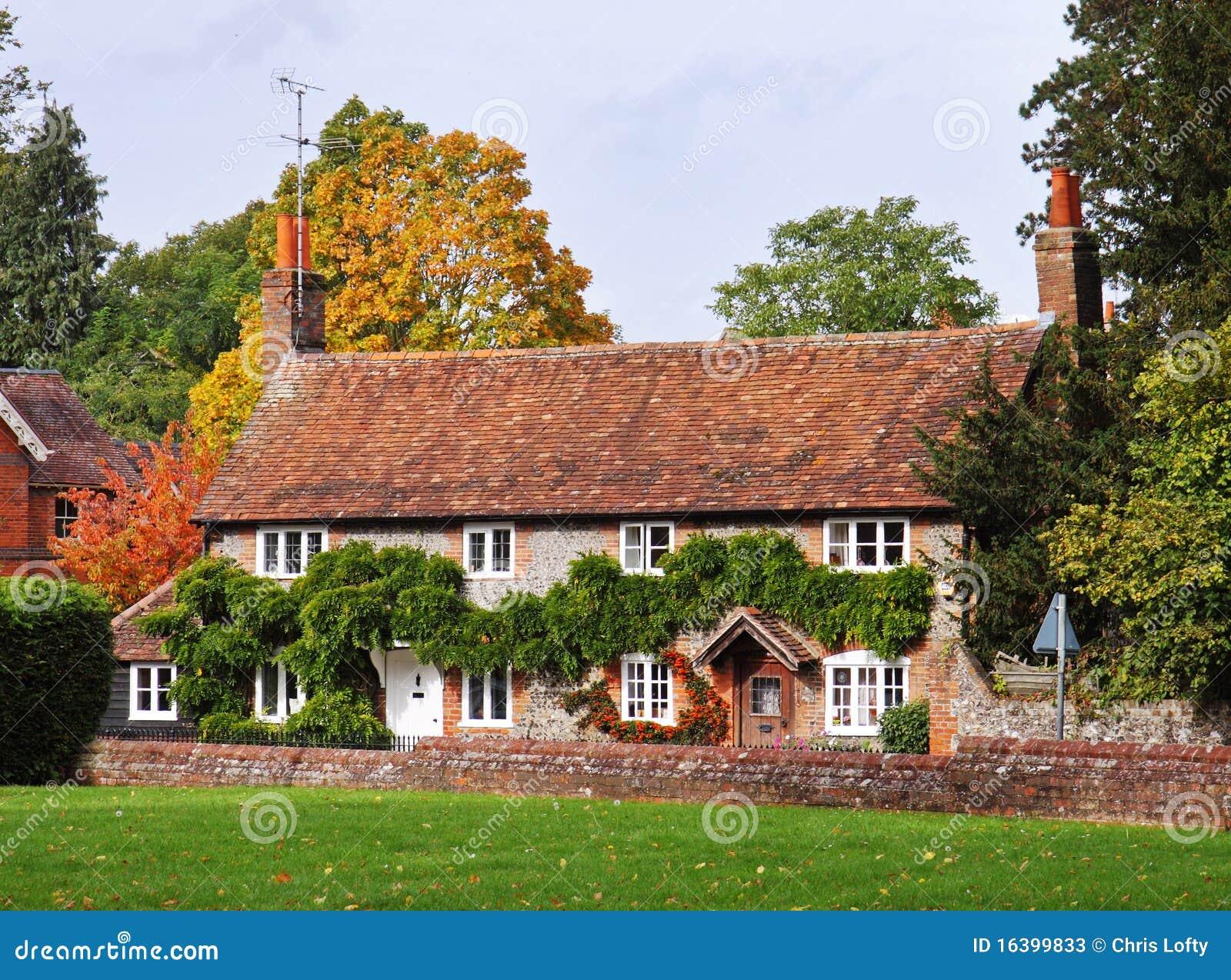 Cottage su una via inglese del villaggio immagine stock for Planimetrie inglesi del cottage