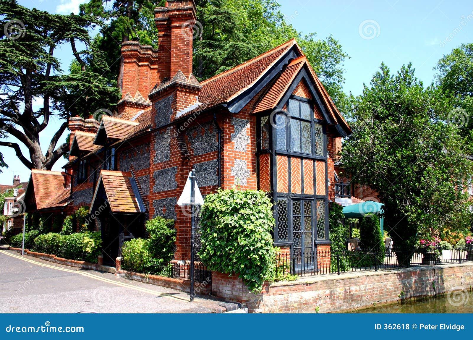Cottage tradizionale del silice e del mattone fotografia for Costo del mattone da costruire