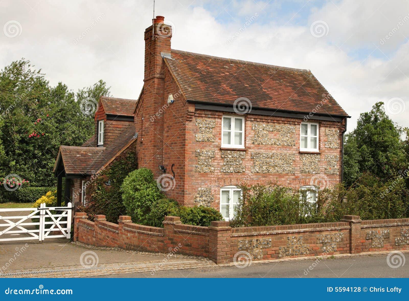 Cottage tradizionale di inglese del silice e del mattone for Costo del mattone da costruire