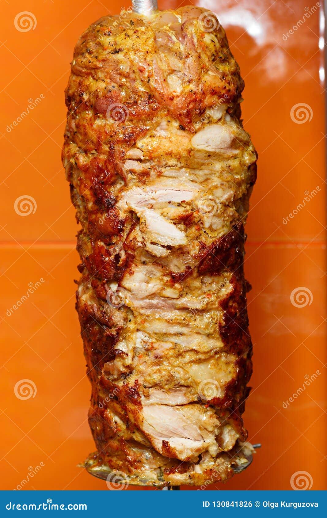Cottura della carne per lo shawarma Piatto del Medio-Oriente pronto
