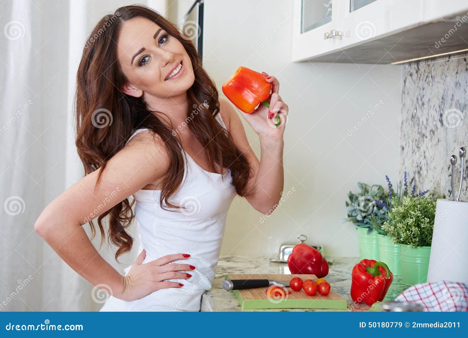 Cottura della giovane donna Alimento sano