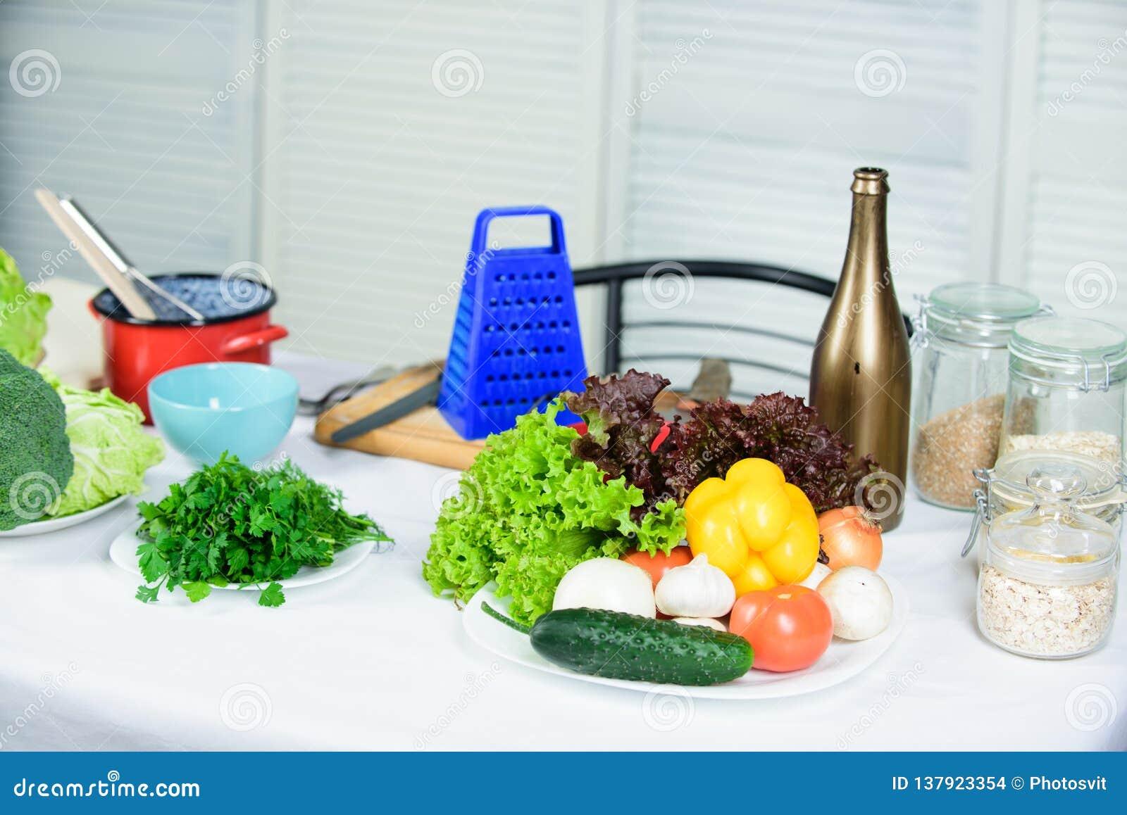 Cottura delle punte utili delle verdure Tabella con gli utensili e gli ingredienti culinari delle verdure Benvenuto al mondo dei