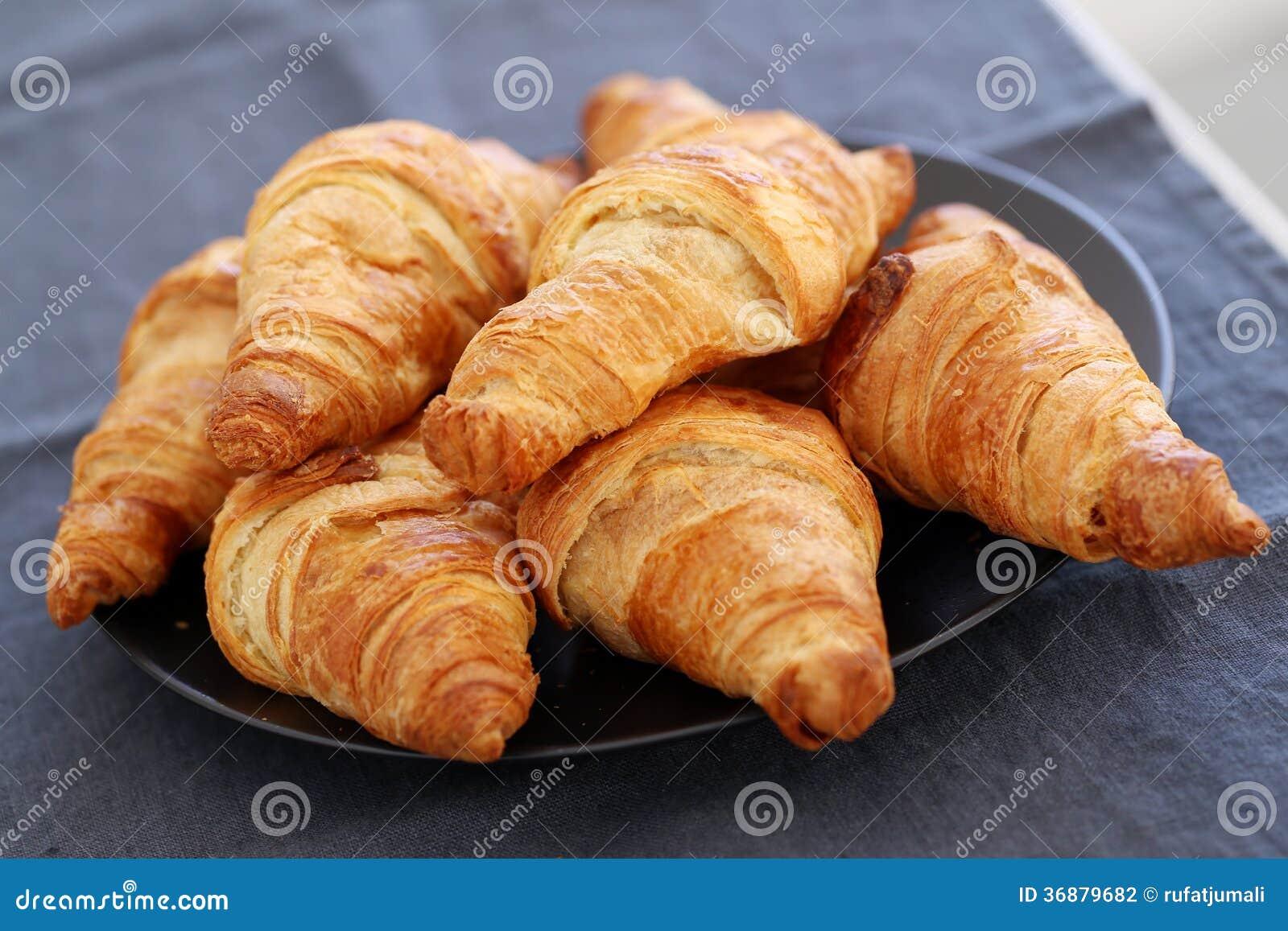 Download Cottura. Mucchio Dei Croissant Sulla Tavola Fotografia Stock - Immagine di forno, croissant: 36879682