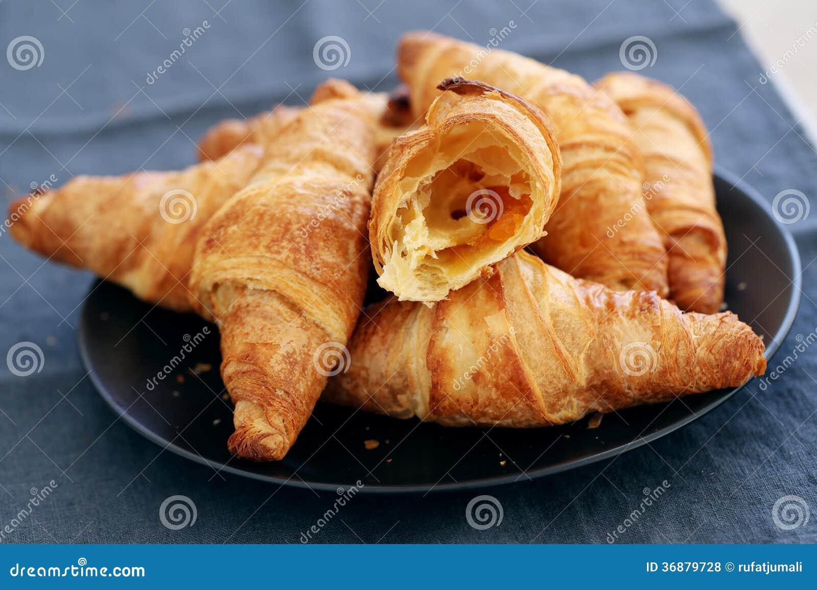 Download Cottura. Mucchio Dei Croissant Sulla Tavola Fotografia Stock - Immagine di panini, cottura: 36879728
