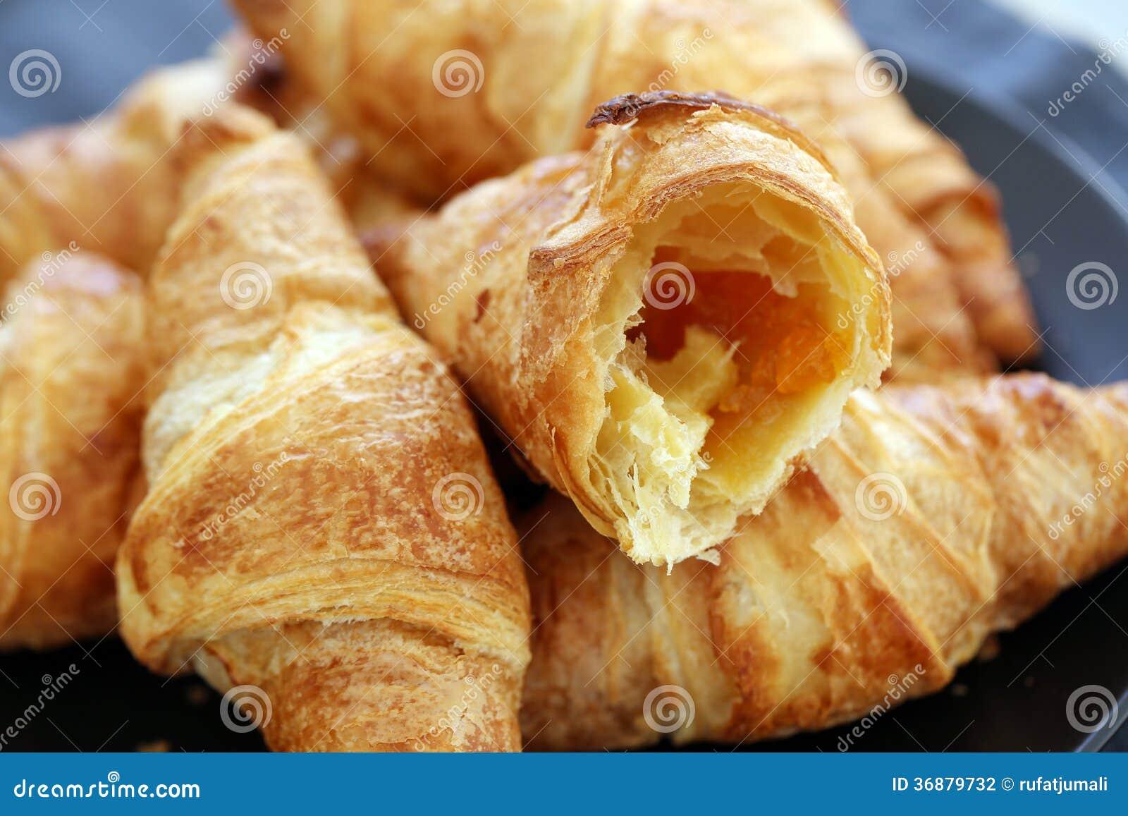 Download Cottura. Mucchio Dei Croissant Sulla Tavola Fotografia Stock - Immagine di cottura, farina: 36879732
