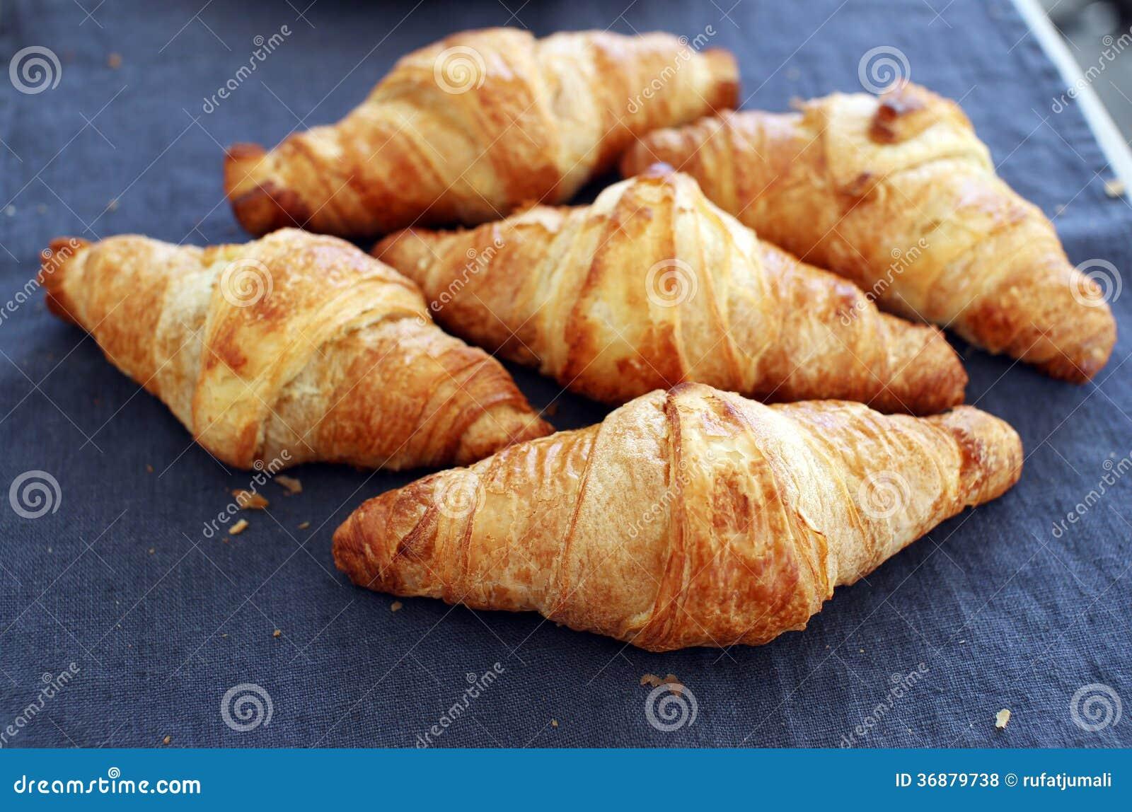 Download Cottura. Mucchio Dei Croissant Sulla Tavola Fotografia Stock - Immagine di naughty, croissant: 36879738