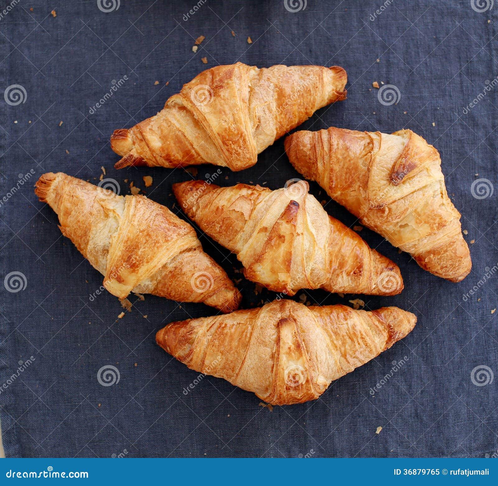 Download Cottura. Mucchio Dei Croissant Sulla Tavola Immagine Stock - Immagine di foodstuff, pasta: 36879765