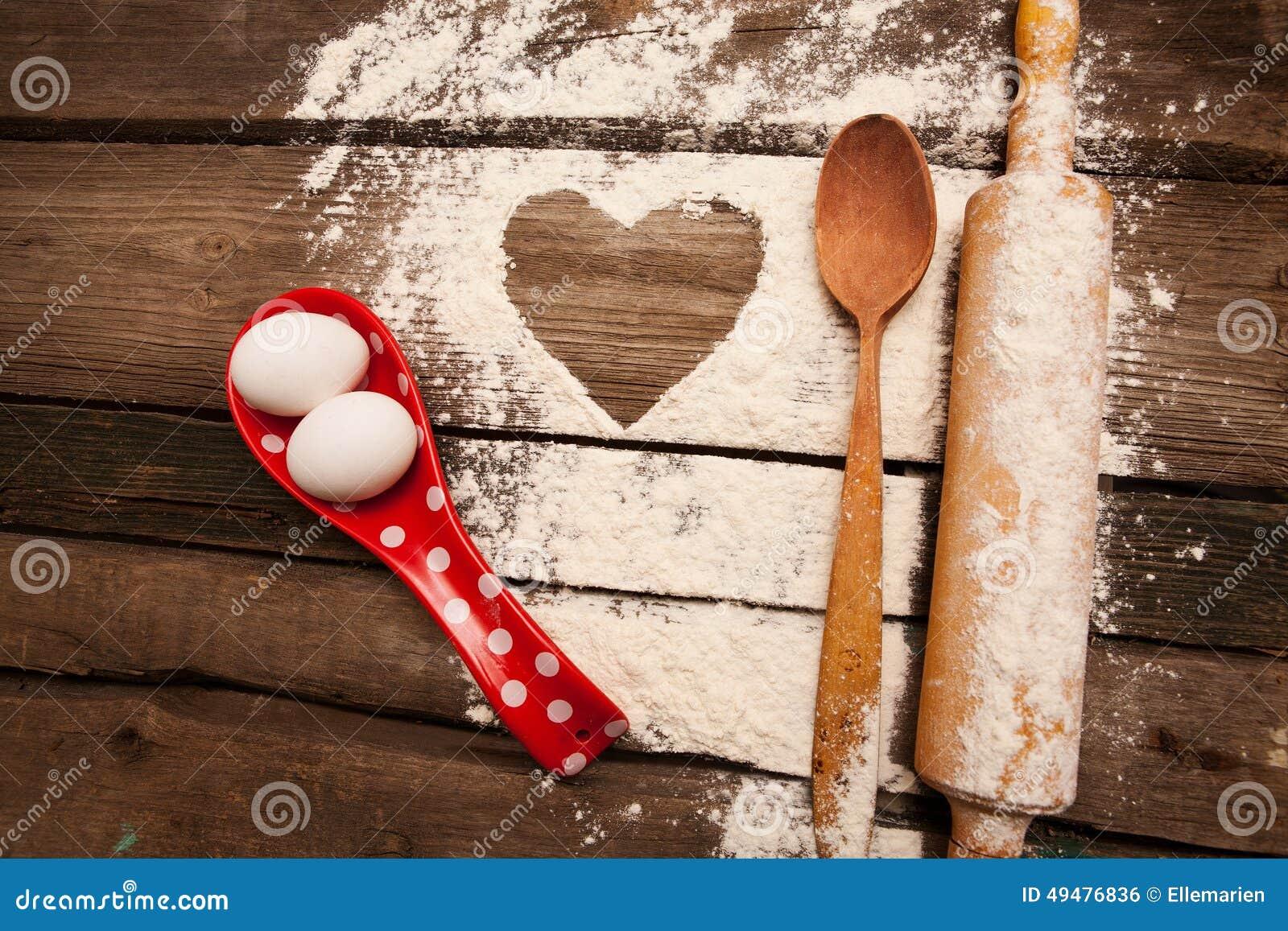 Cottura, uova, farina, tuffatore in cucina rurale sulla tavola di legno d annata