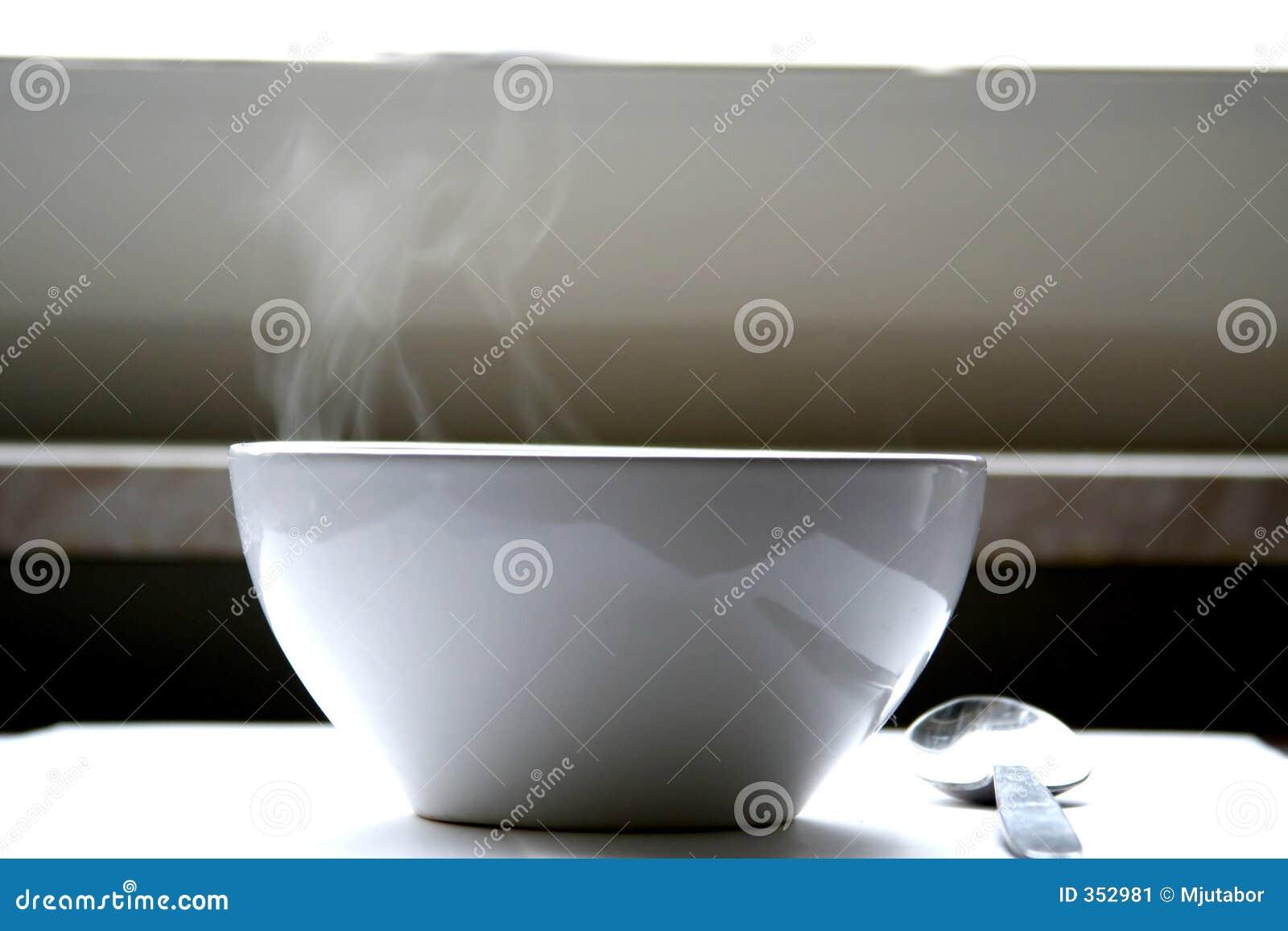 Cottura a vapore della ciotola di minestra sulla tabella