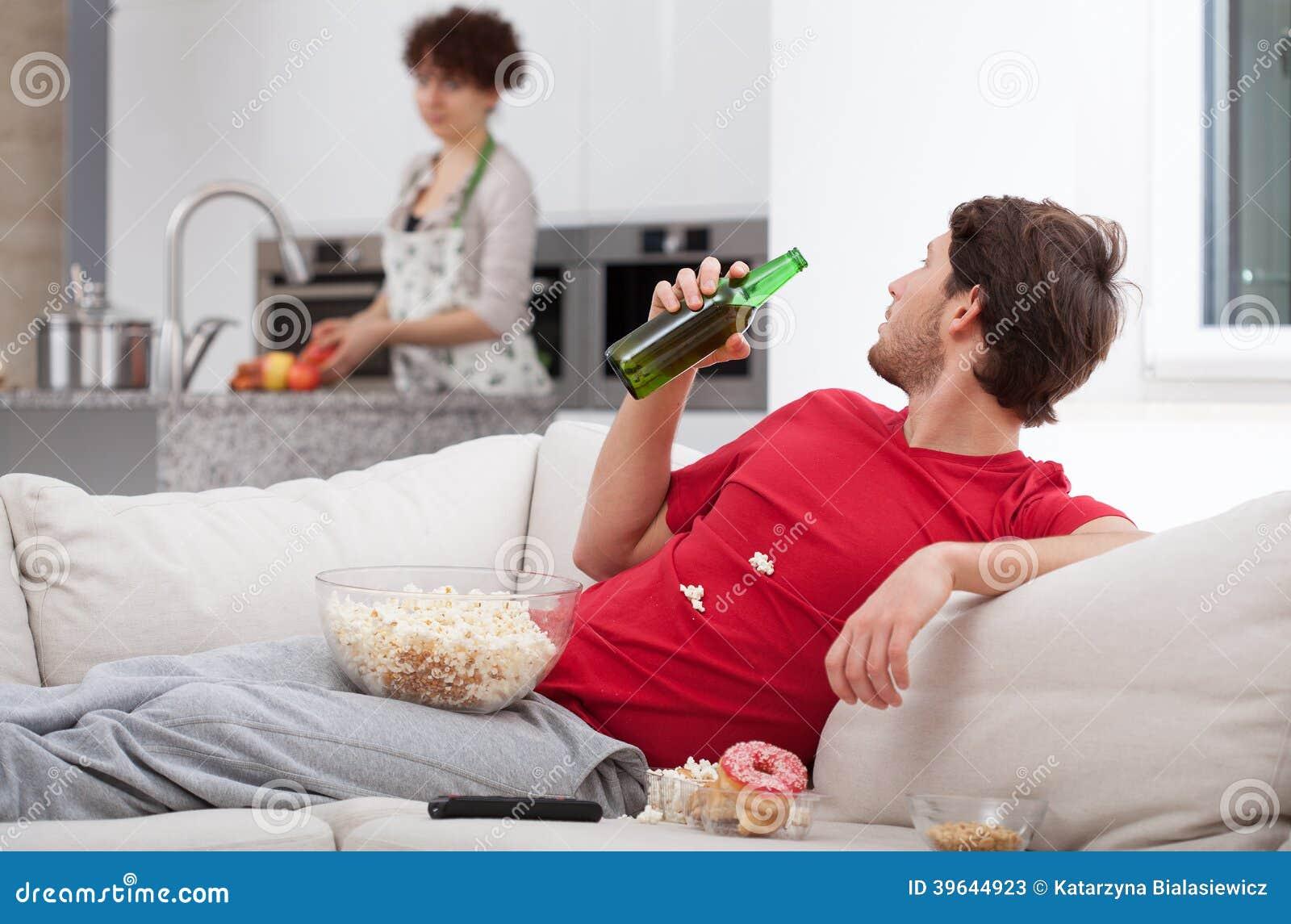 Фото жена на диване 16 фотография