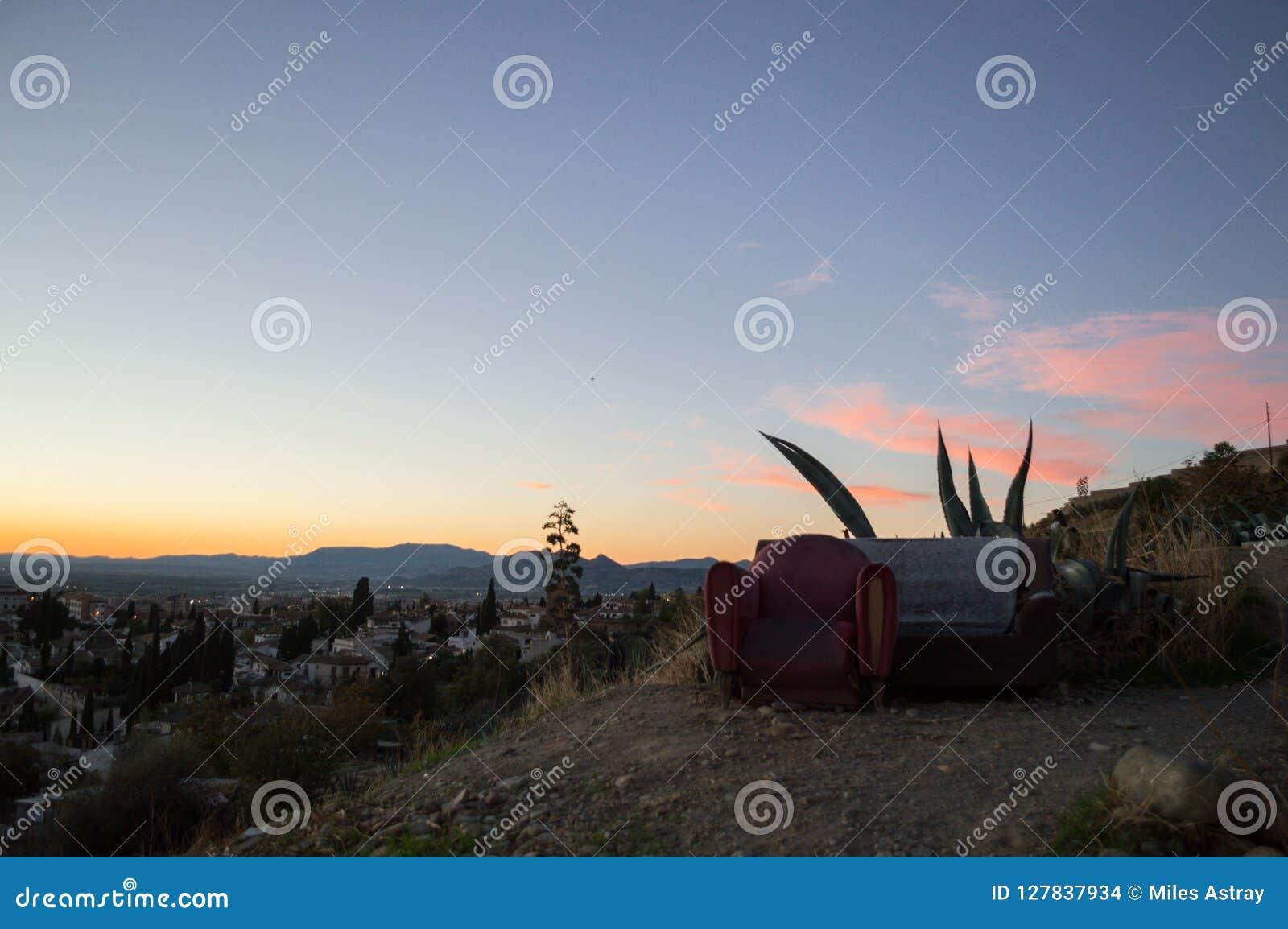 Couch und Lehnsessel im Freien auf Sacromonte-Hügel, Granada, Spanien